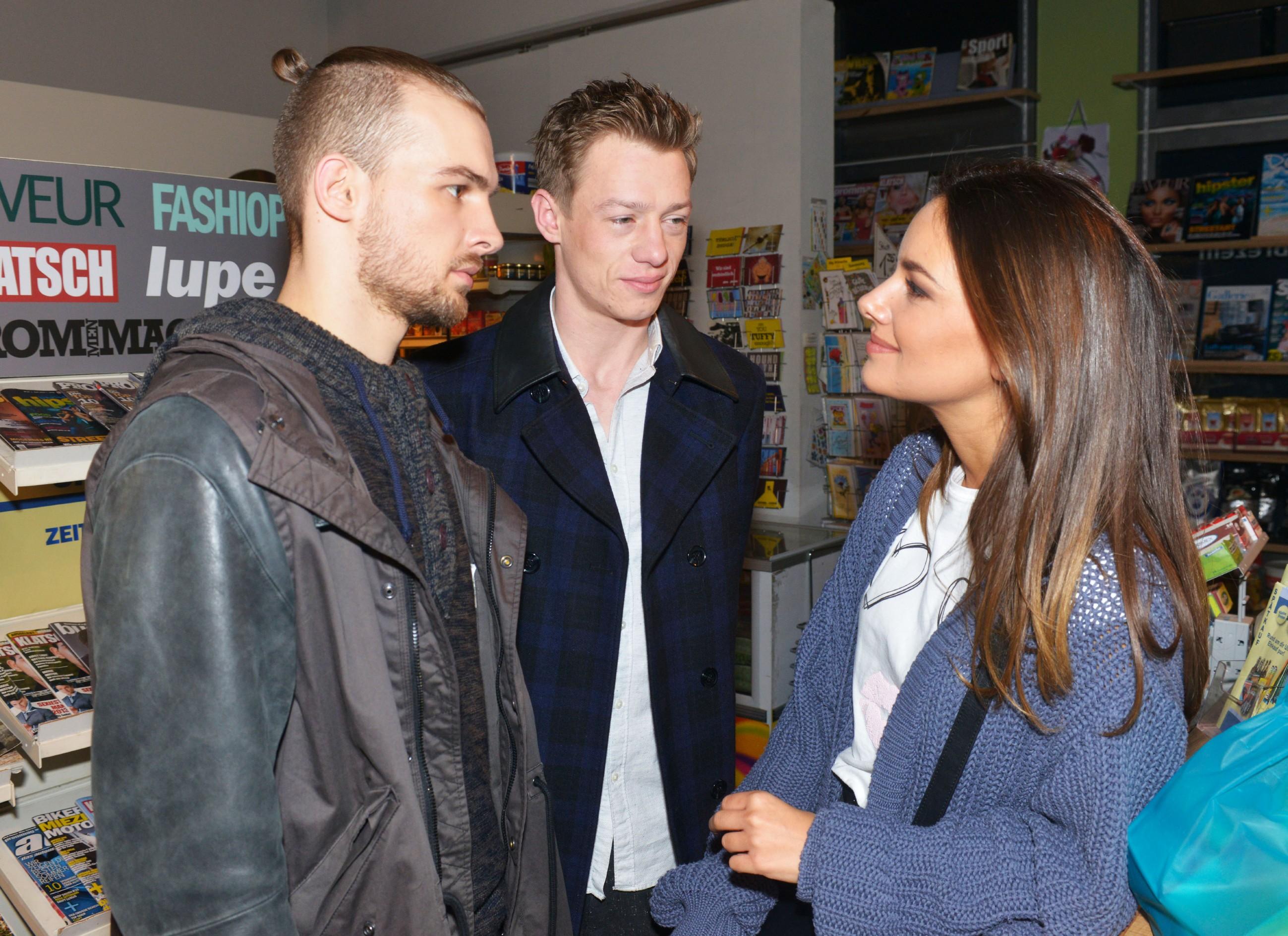 Jasmin (Janina Uhse) hofft, mit der Hilfe von Chris (Eric Stehfest, l.) und Vince (Vincent Krüger) ein tolles Event auf die Beine zu stellen, um einen Abnehmer für ihre neue Kollektion zu finden.