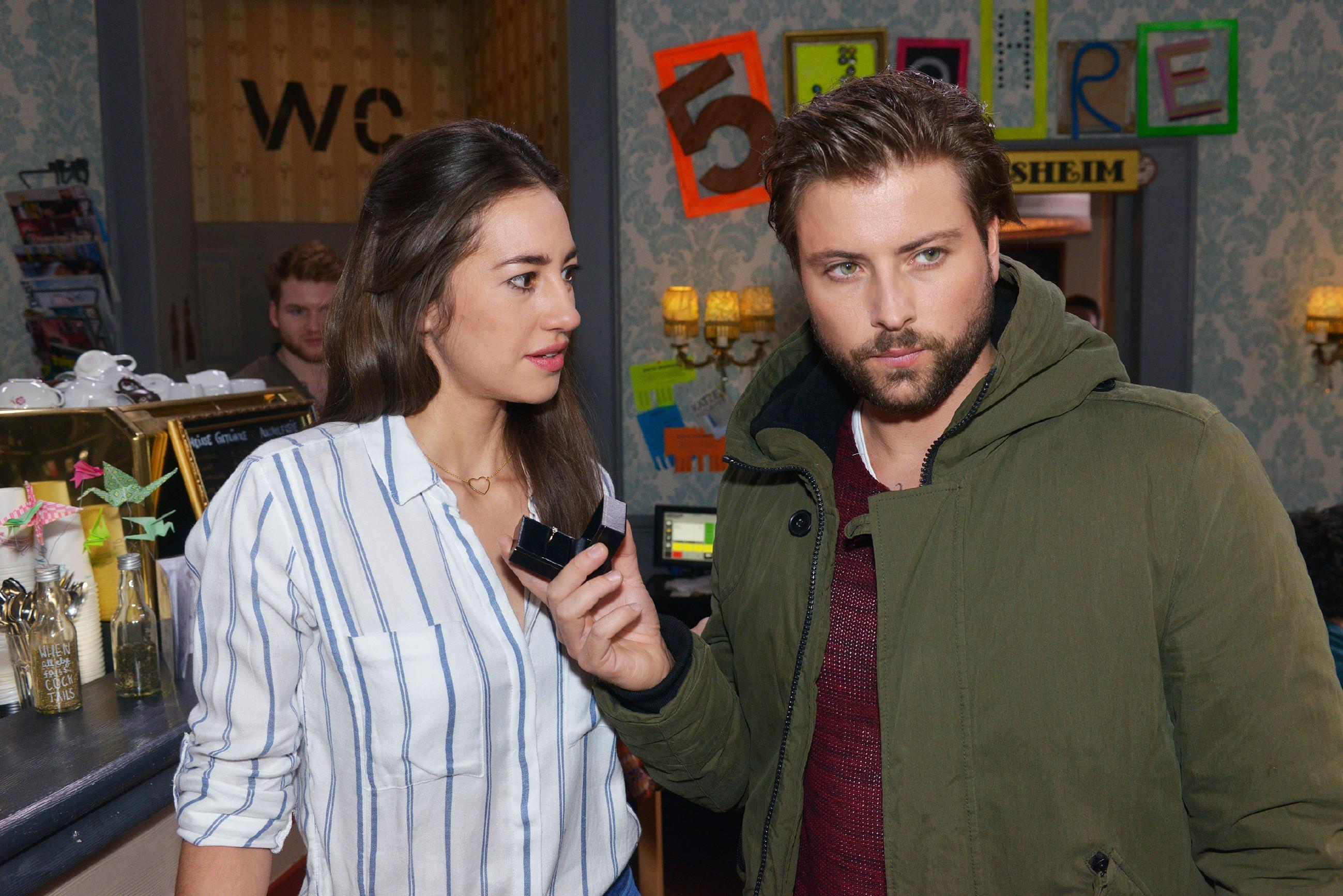 Um Elena (Elena Garcia Gerlach) zu zeigen, wie viel sie ihm bedeutet, macht John (Felix von Jascheroff) ihr kopflos einen Heiratsantrag und wird schwer enttäuscht... (Quelle: RTL / Rolf Baumgartner)