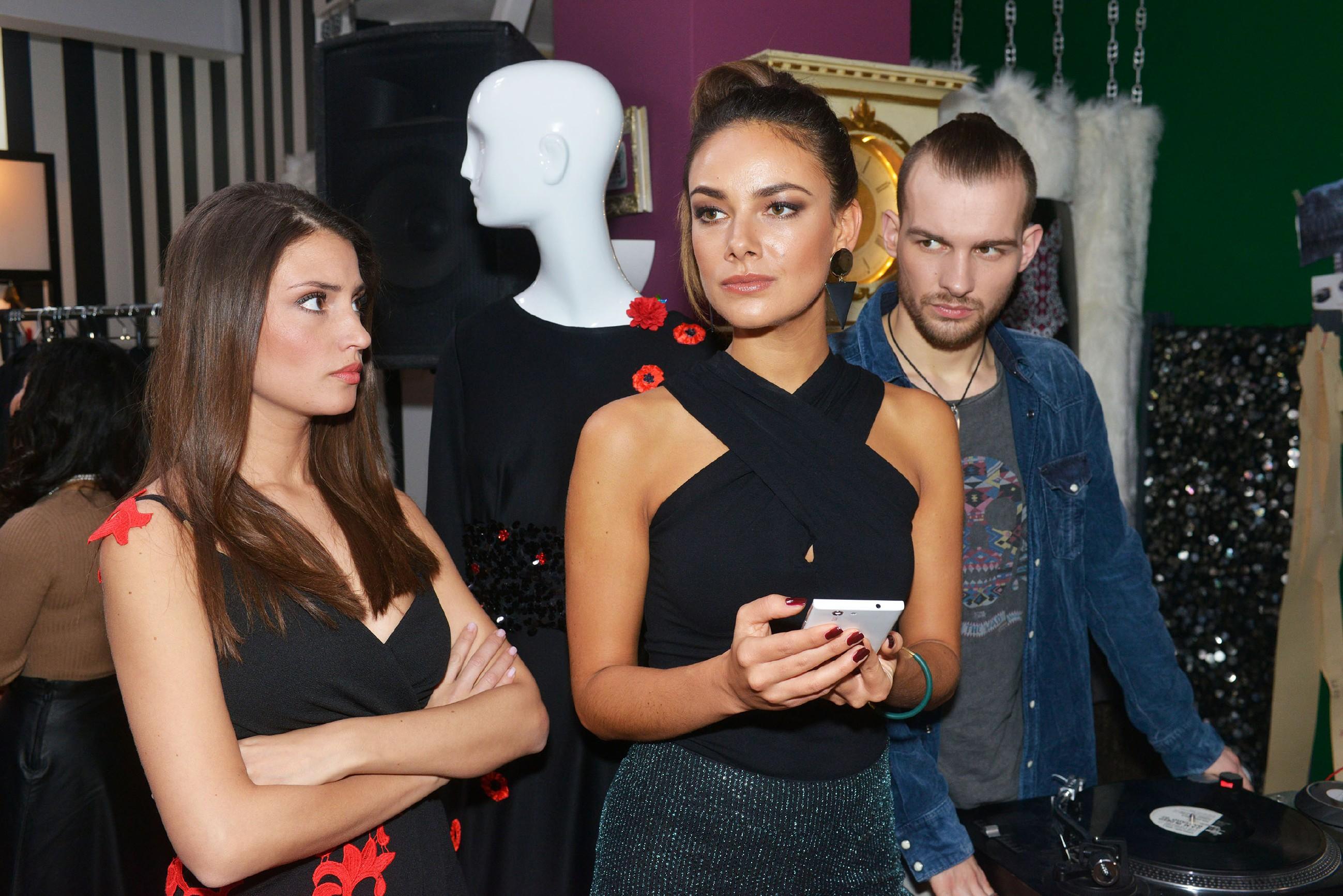 Ayla (Nadine Menz, l.) und Chris (Eric Stehfest) fühlen mit Jasmin (Janina Uhse), die nach dem Auffliegen von Vince' Lüge vor ihren Gästen plötzlich selbst als Lügnerin bloßgestellt wird. (Quelle: RTL / Rolf Baumgartner)