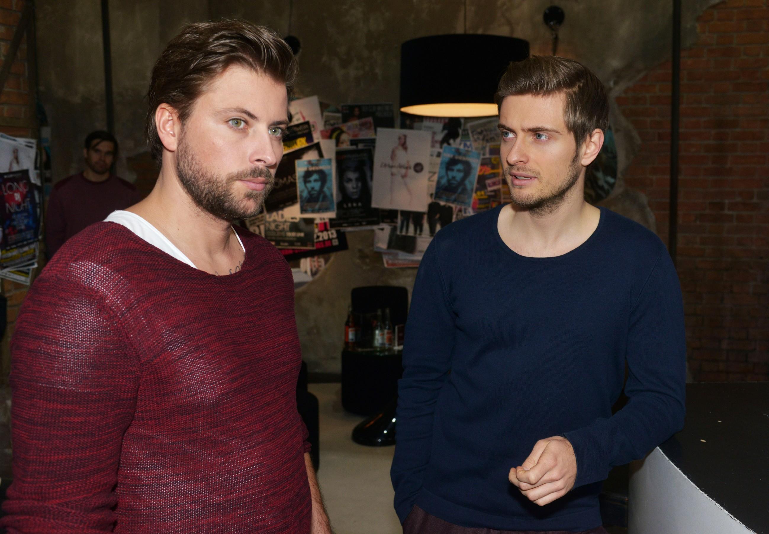 Philip (Jörn Schlönvoigt, r.) rät John (Felix von Jascheroff), um seine Beziehung mit Elena zu kämpfen. (Quelle: RTL / Rolf Baumgartner)