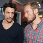 David (Philipp Christopher, l.) und Tommy (Marc Bluhm) formieren sich gegen Katrin. (Quelle: RTL / Rolf Baumgartner)