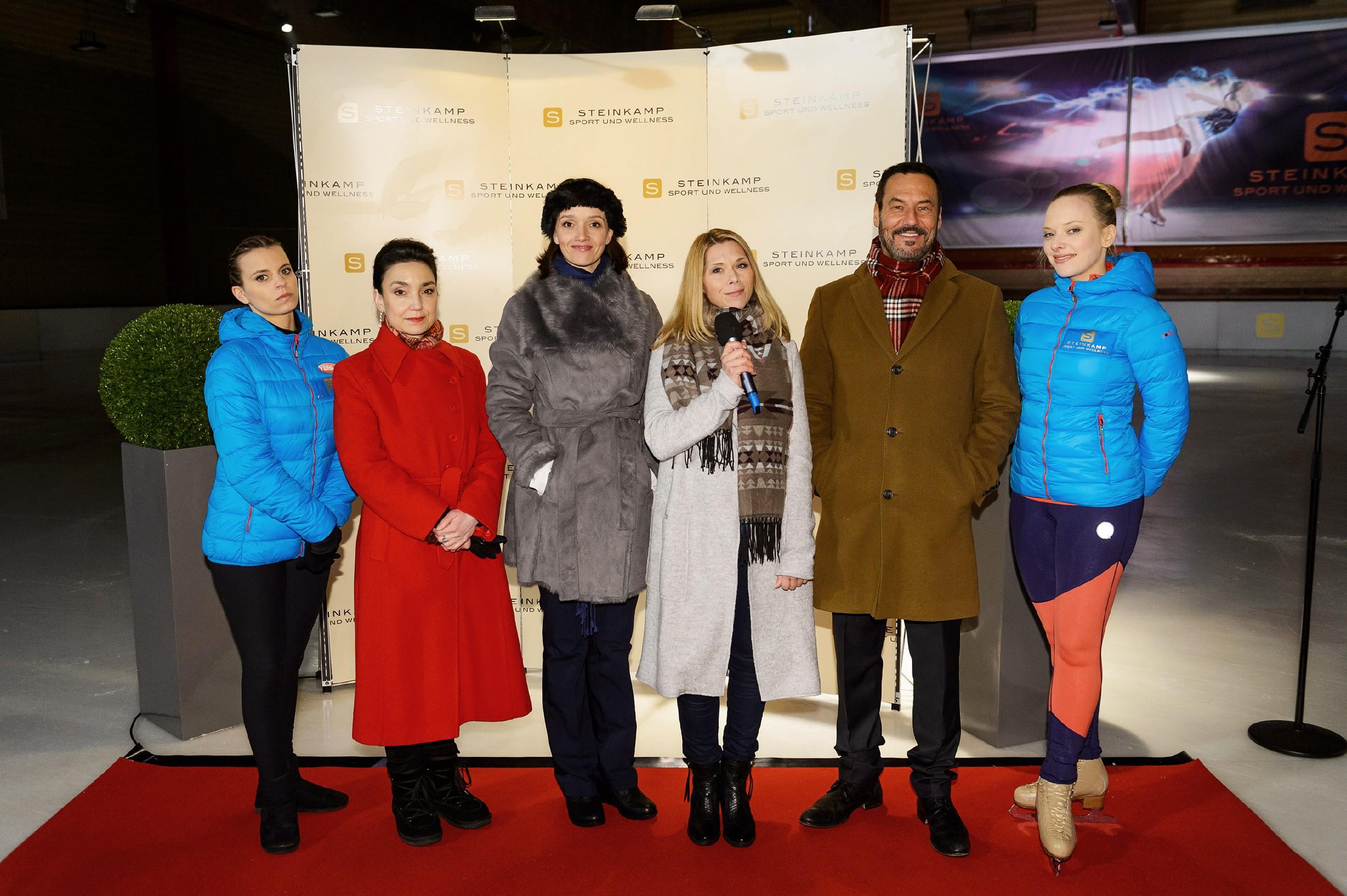 Das Eislaufteam um Michelle (Franziska Benz, l.) und Marie (Judith Neumann, r.) mit den Trainerinnen Jenny (Kaja Schmidt-Tychsen, 3.v.l.) und Diana (Tanja Szewczenko, 3.v.r.) sowie Simone (Tatjana Clasing) und Richard (Silvan-Pierre Leirich) steht den Fragen der Presse Rede und Antwort. (Quelle: RTL / Willi Weber)