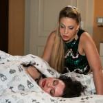Vanessa (Julia Augustin, vorne) lässt sich von Iva (Christina Klein) beruhigen, dass Christoph sich nicht auf Anne einlassen wird. (Quelle: RTL / Kai Schulz)