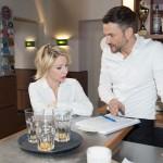 Malte (Stefan Bockelmann) erzählt Ute (Isabell Hertel), dass er die hohen Kosten der künstlichen Befruchtung für ein Baby gerne in Kauf nimmt. (Quelle: RTL / Stefan Behrens)