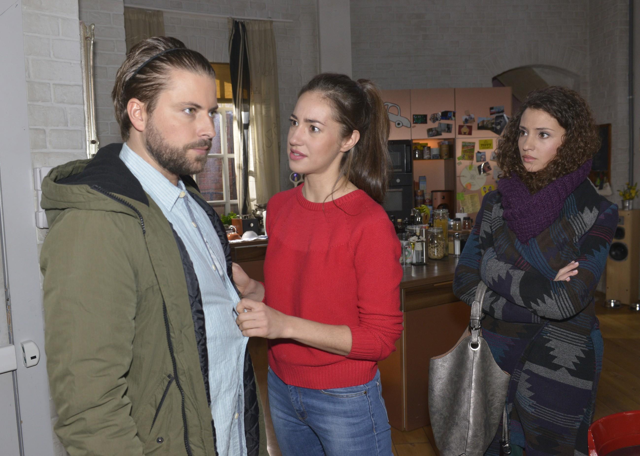 Elena (Elena Garcia Gerlach, M.) verletzt es, dass John (Felix von Jascheroff) nur seine Sachen aus der WG holt, statt sich mit ihr auszusprechen. Auch Ayla (Nadine Menz) kann nicht verstehen, warum John ein klärendes Gespräch verweigert. (Quelle: RTL / Rolf Baumgartner)