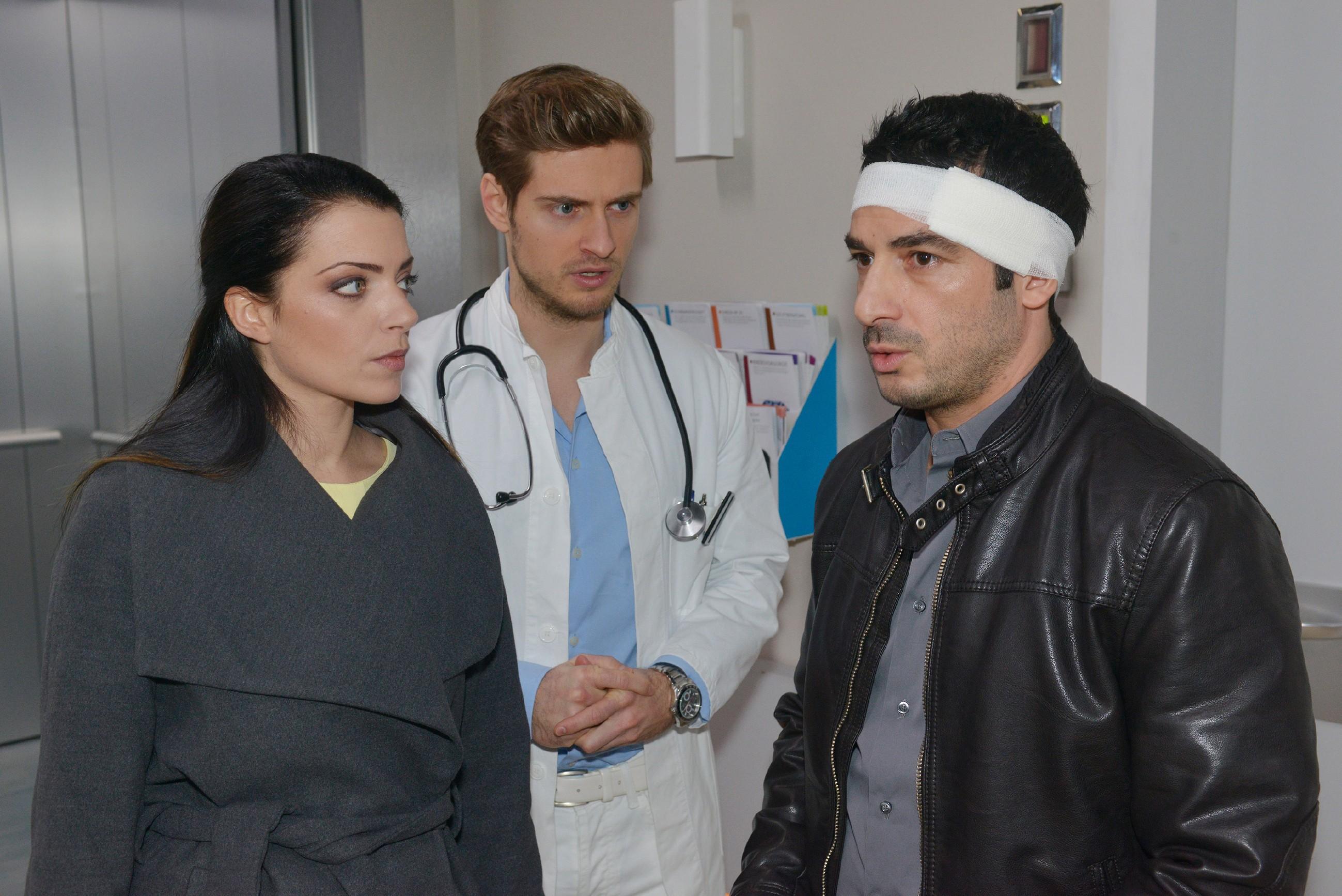 Emily (Anne Menden) ist irritiert, als Philip (Jörn Schlönvoigt, M.) von Tayfun (Tayfun Baydar) wissen will, ob er nach der OP ein verändertes Empfinden hat. (Quelle: RTL / Rolf Baumgartner)