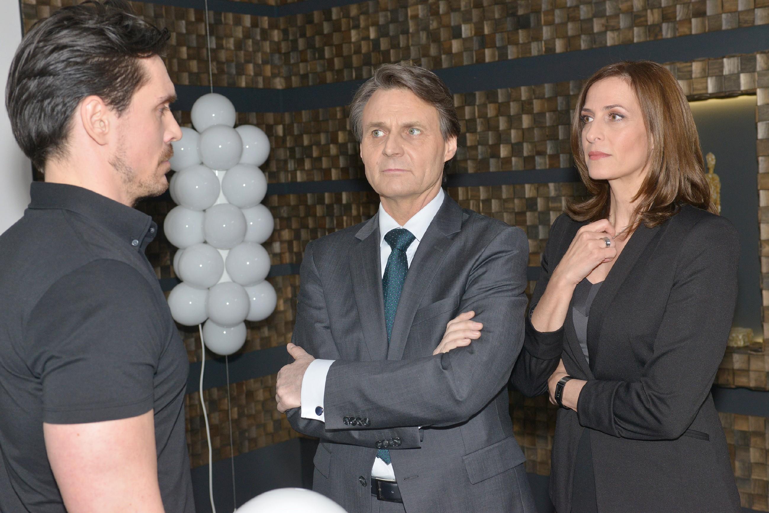 David (Philipp Christopher, l.) muss hinnehmen, dass Katrin (Ulrike Frank) und Gerner (Wolfgang Bahro) ihn mit seiner Drohung auflaufen lassen. (Quelle: RTL / Rolf Baumgartner)