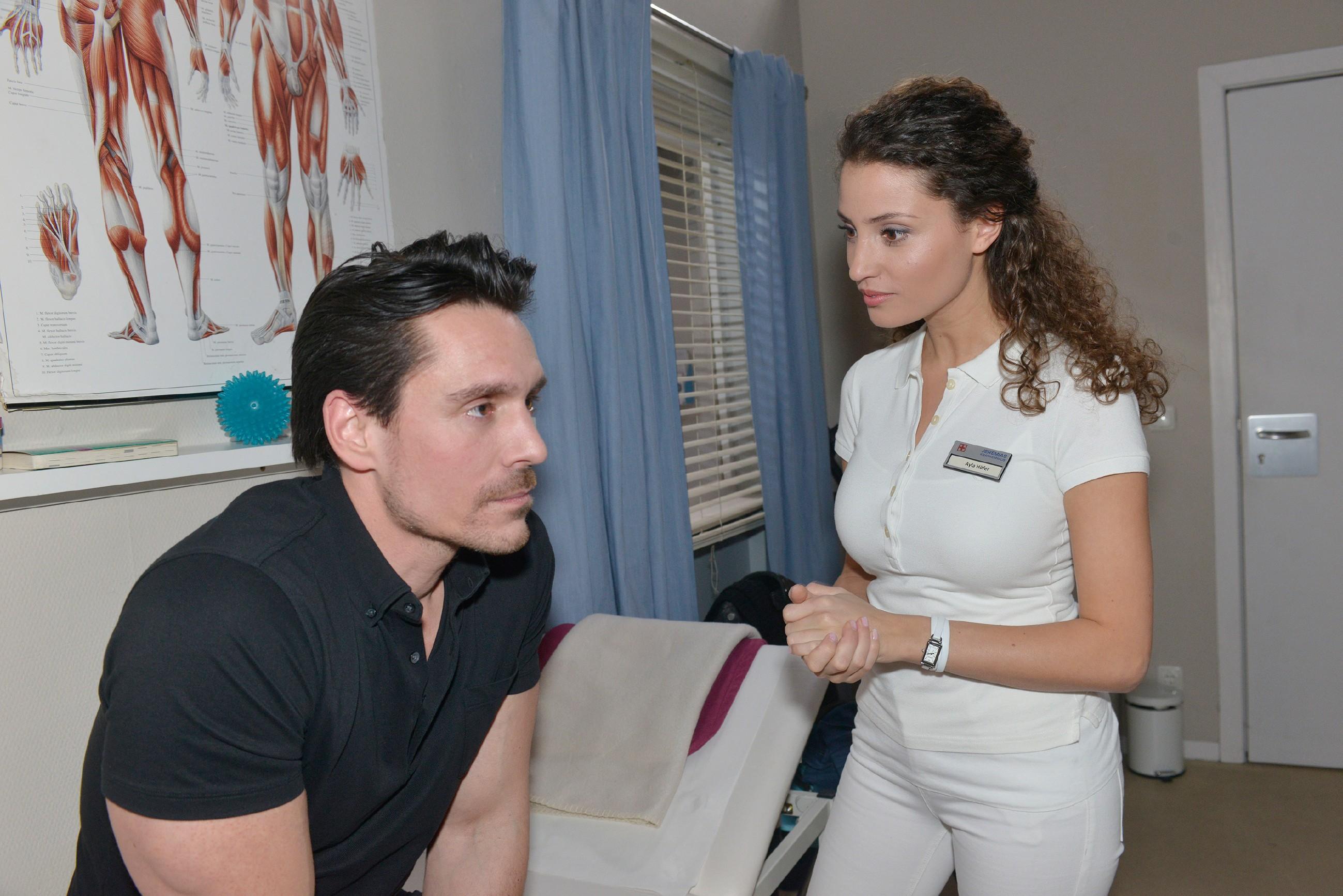 David (Philip Christopher) verschweigt Ayla (Nadine Menz) die Ursache seiner Verletzung. (Quelle: RTL / Rolf Baumgartner)