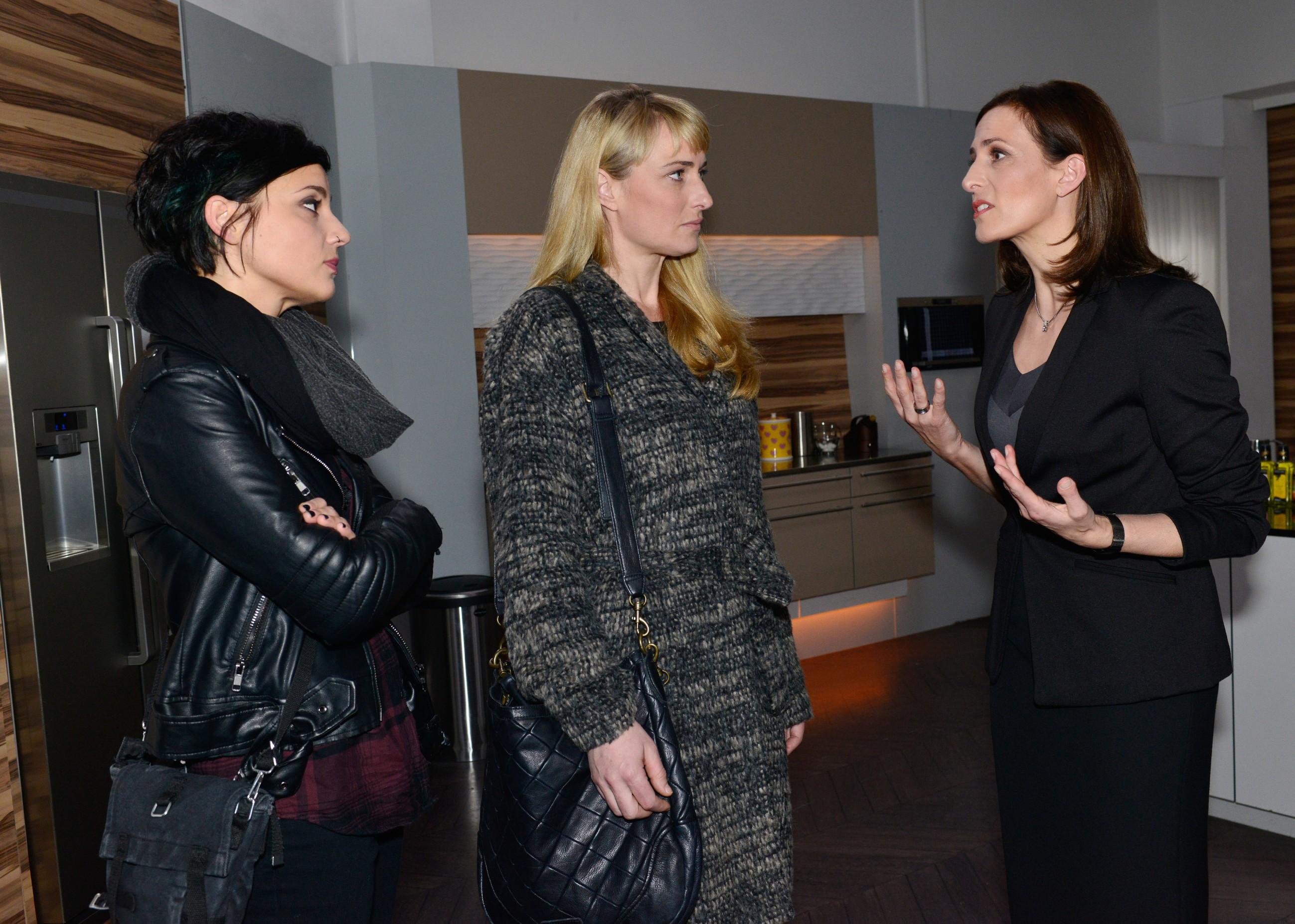 Anni (Linda Marlen Runge, l.) und Maren (Eva Mona Rodekirchen, M.) haben das Vertrauen in Katrin (Ulrike Frank) verloren. Ein gefährlicher Riss geht durch die Allianz der Frauen... (Quelle: RTL / Rolf Baumgartner)