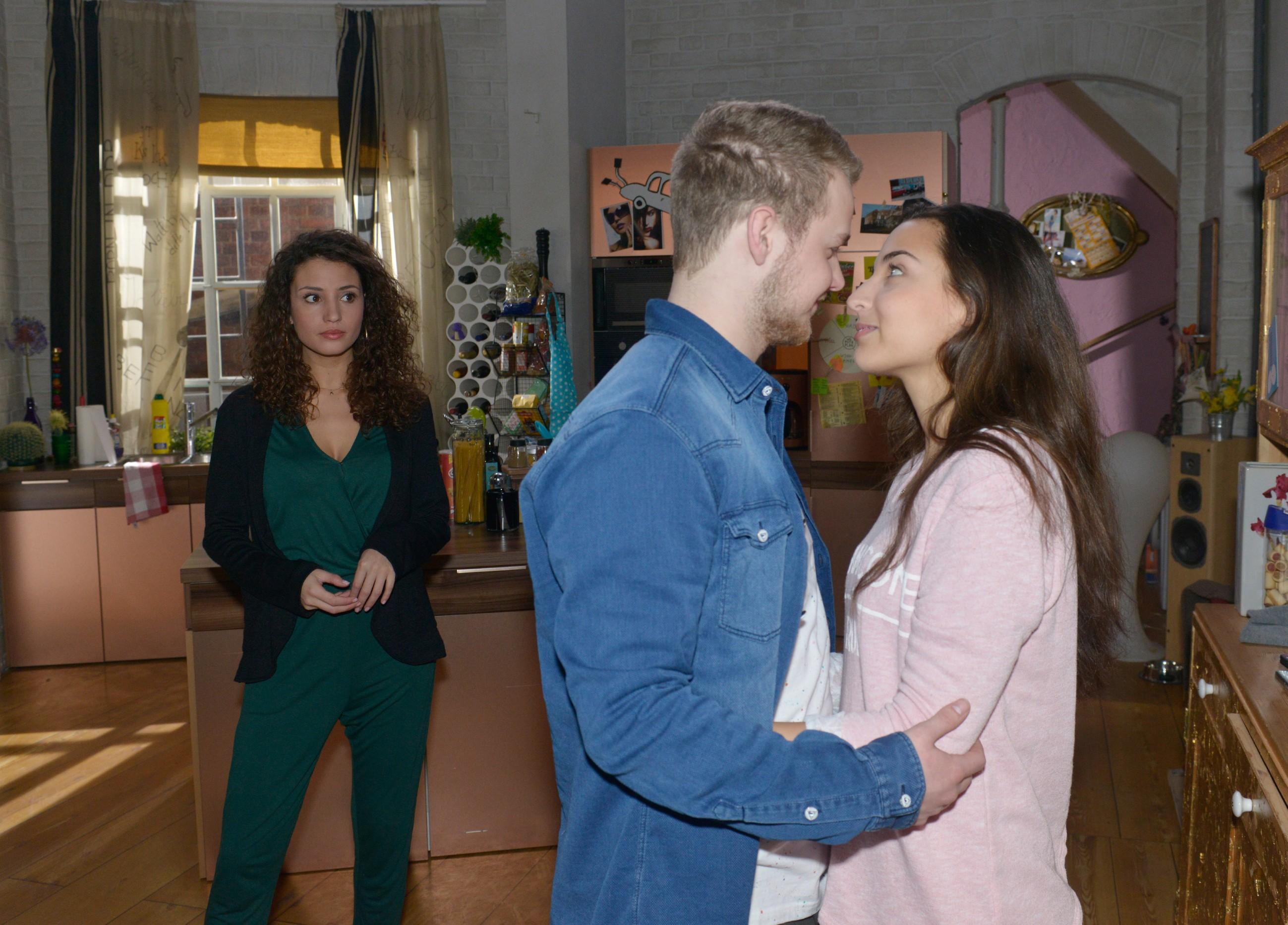 Während Selma (Rona Özkan, r.) und Jonas (Felix van Deventer) überglücklich ihre Zweisamkeit genießen, sorgt Ayla (Nadine Menz) sich um Selmas Unschuld. (Quelle: RTL / Rolf Baumgartner)