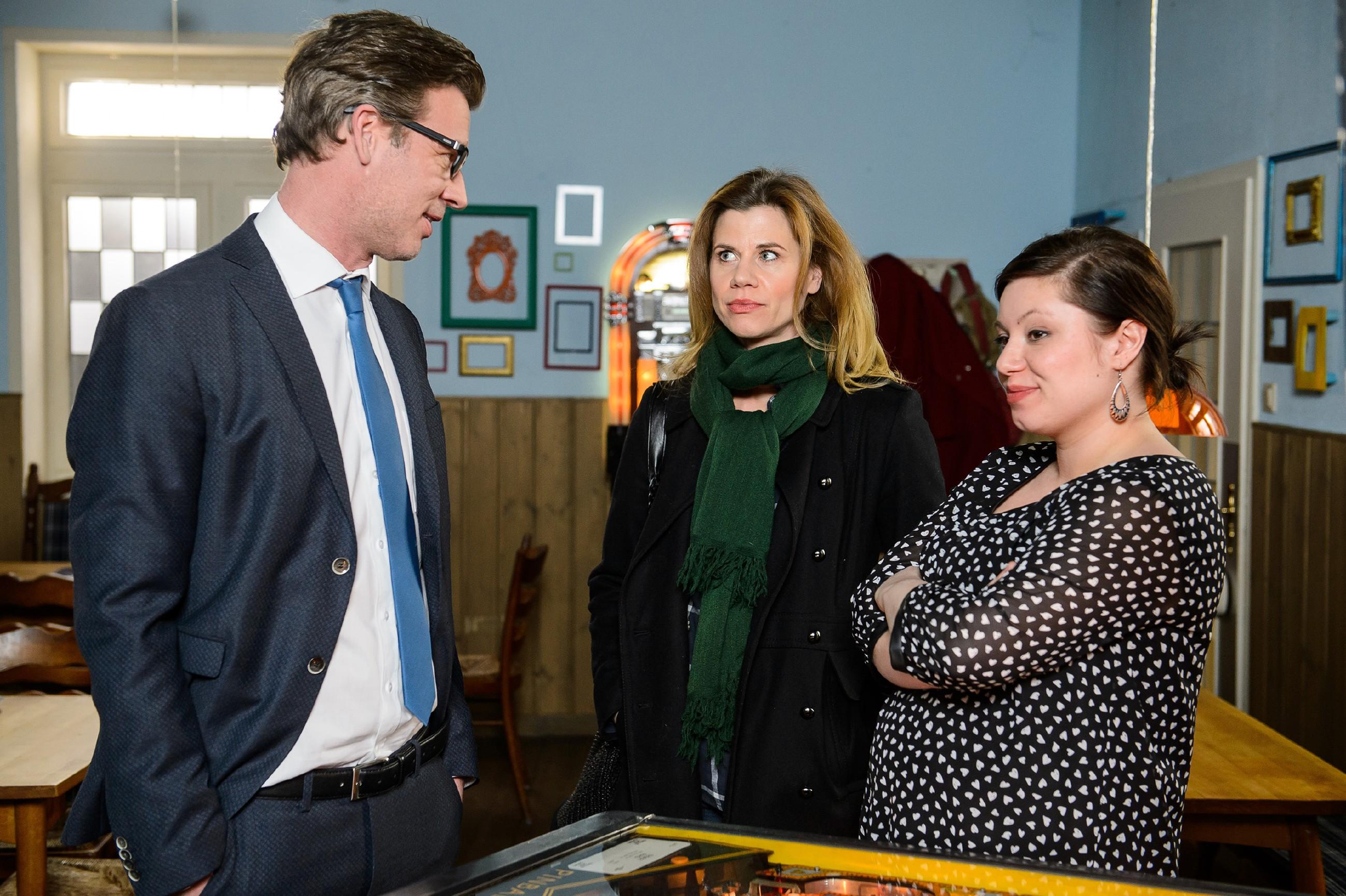 Anne (Alexandra Seefisch, M.) begreift irritiert, dass Vanessa (Julia Augustin) und Christoph (Lars Korten) sie aufs Glatteis geführt haben und längst versöhnt sind. (Quelle: RTL / Willi Weber)