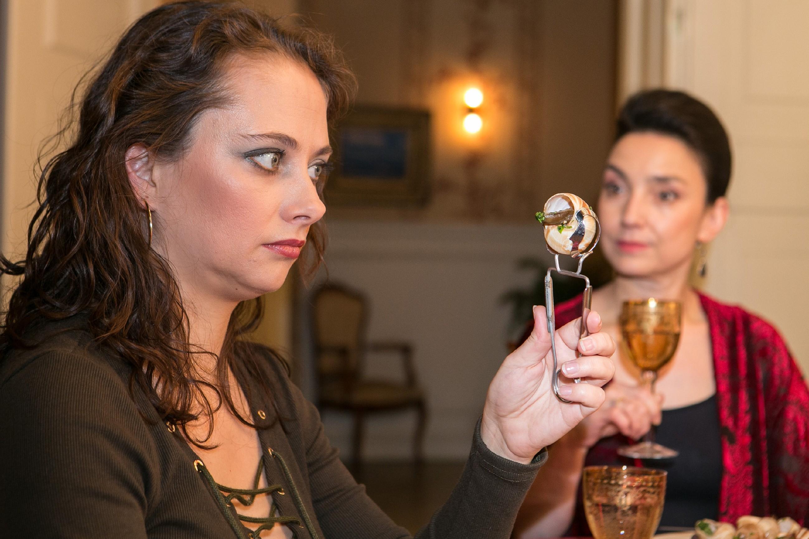 Carmen (Heike Warmuth, l.) ist dankbar, als Simone (Tatjana Clasing) eine peinliche Situation entschärft - Carmen hat noch nie Schnecken gegessen... (Quelle: RTL / Kai Schulz)
