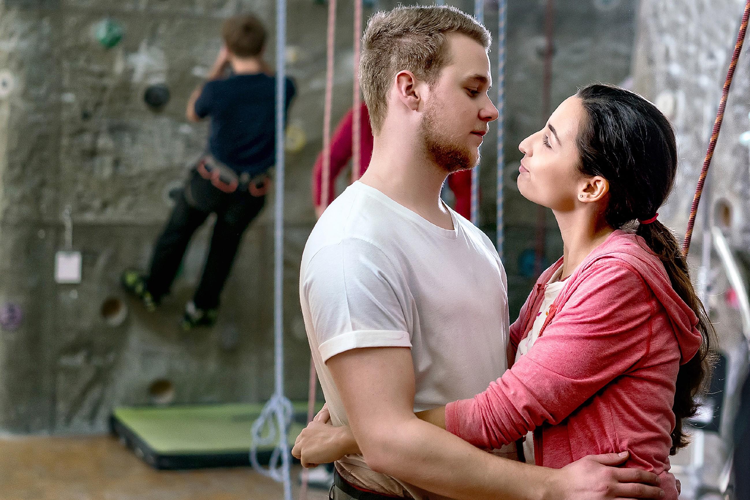 Um das Gesicht vor Selma (Rona Özkan) zu wahren, lässt sich Jonas (Felix van Deventer) trotz seiner Höhenangst mutig aufs Klettern ein. (Quelle: RTL / Sebastian Geyer)