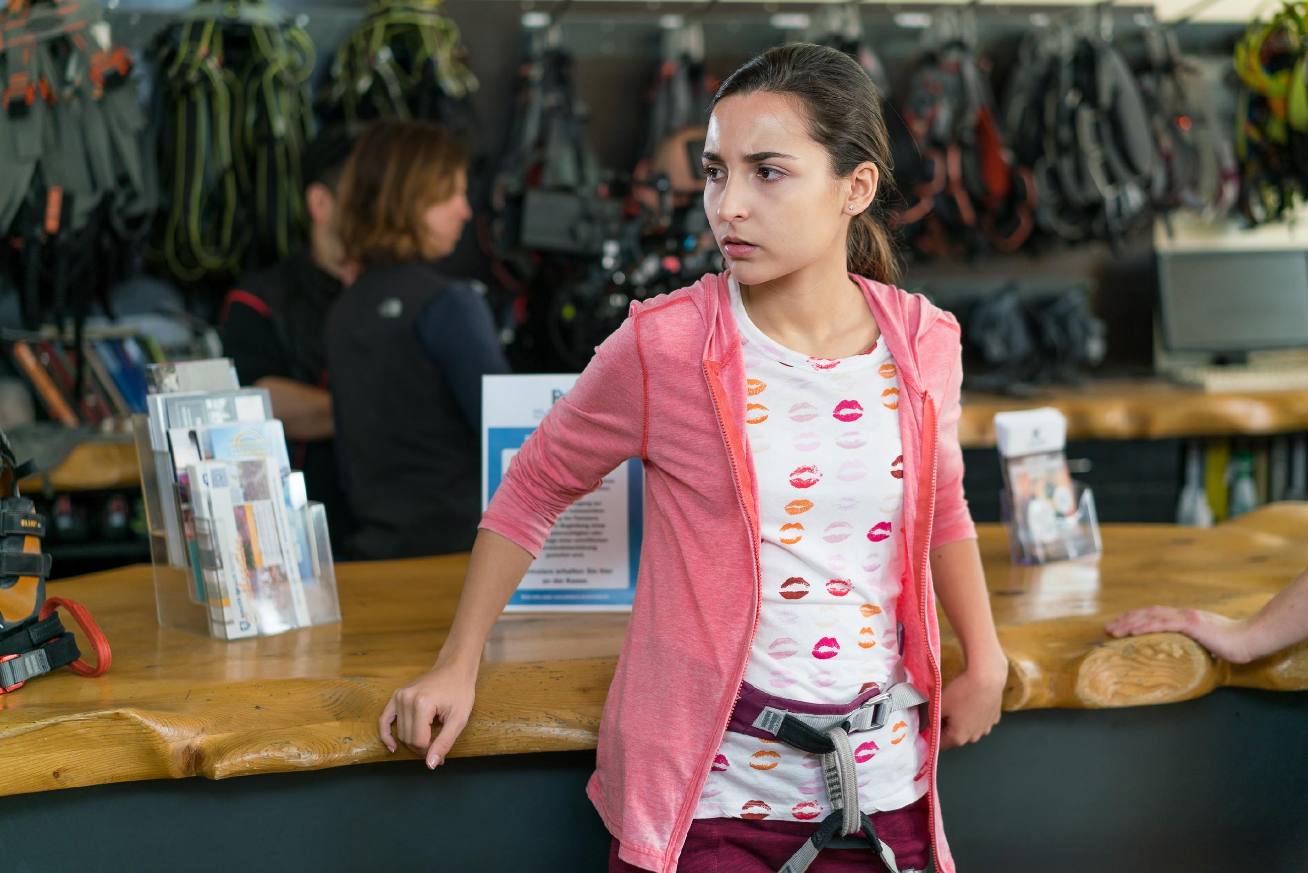 Selma (Rona Özkan) ist enttäuscht, dass Jonas von ihrer Überraschung - einem Besuch in der Kletterhalle - alles andere als begeistert ist.