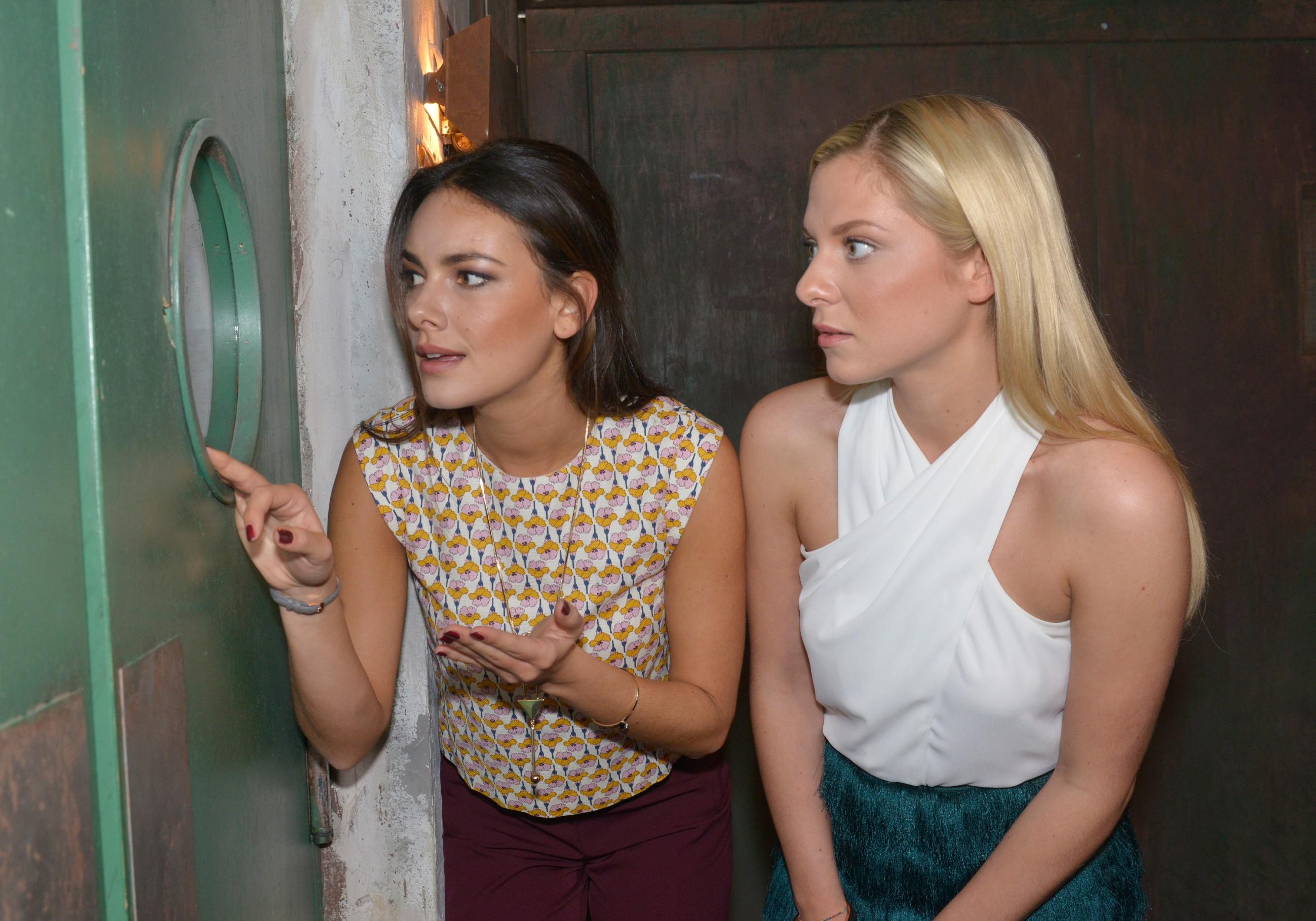 Jasmin (Janina Uhse, l.) und Sunny (Valentina Pahde) hoffen, dass Viviennes Party ein Erfolg wird, damit deren Vater die Tussi Attack-Kollektion in seine Warenhäuser aufnimmt. (Quelle: RTL / Rolf Baumgartner)