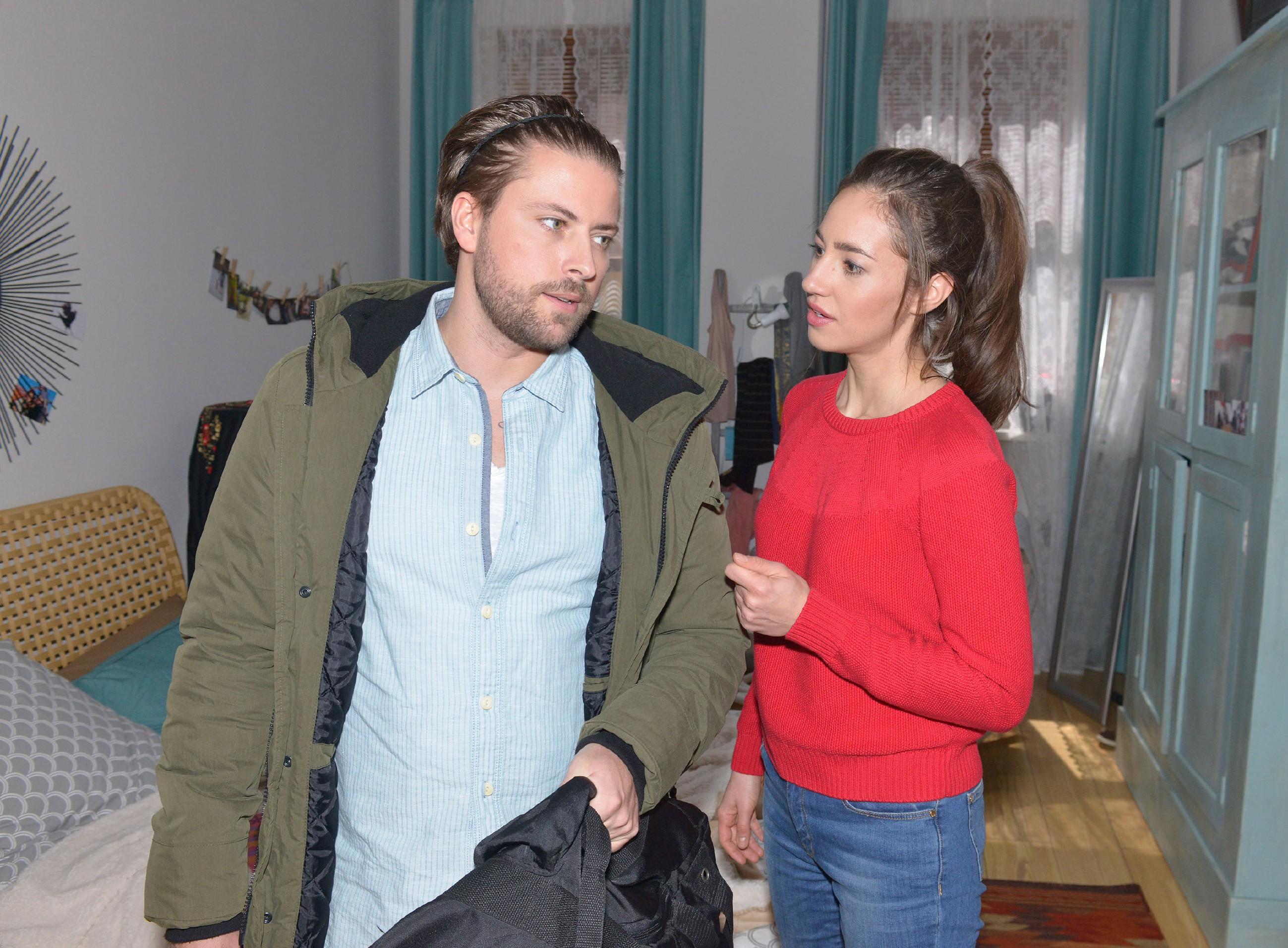 John (Felix von Jascheroff) will einen endgültigen Schlussstrich uner seine Beziehung zu Elena (Elena Garcia Gerlach) ziehen. (Quelle: RTL / Rolf Baumgartner)