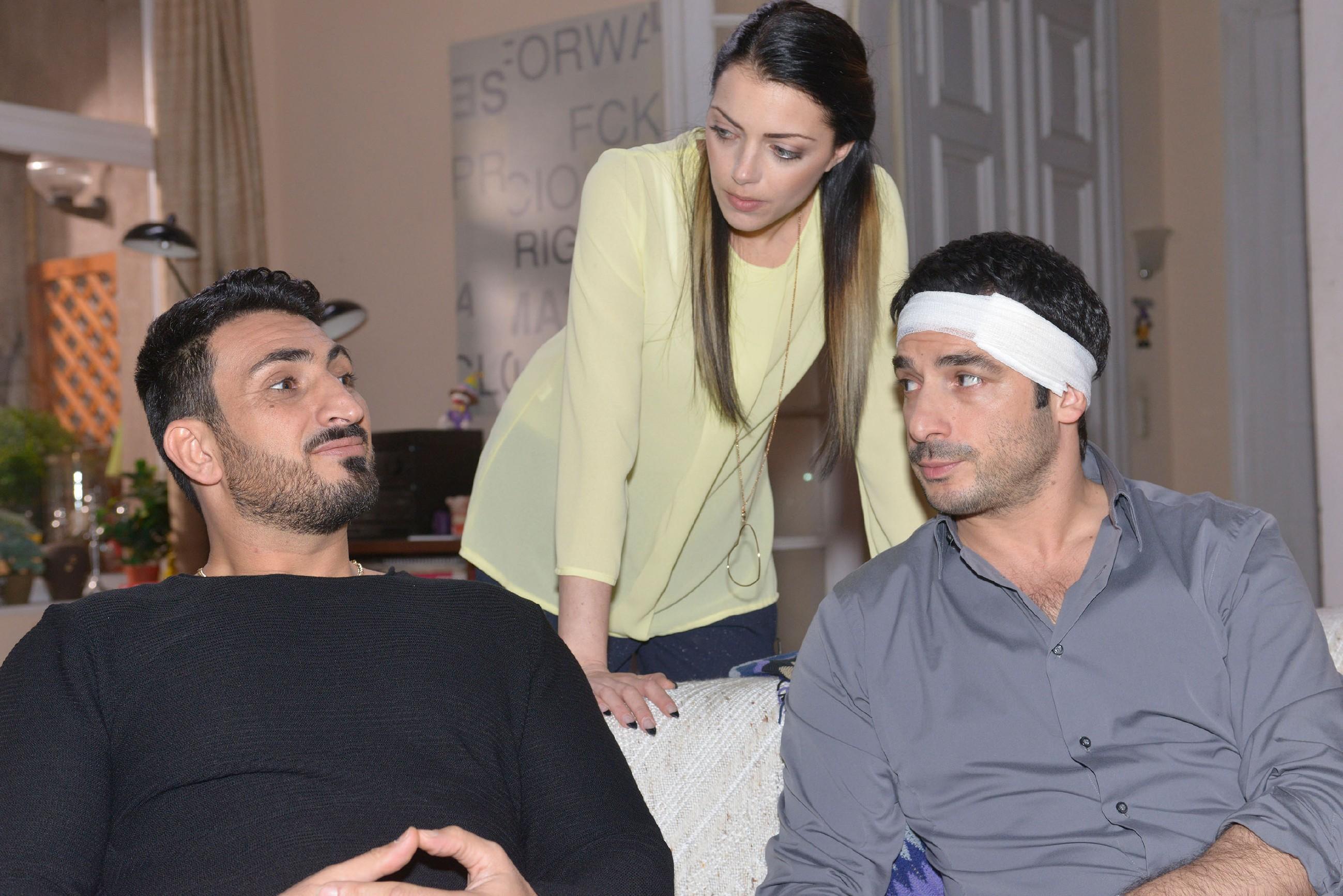 Mesut (Mustafa Alin, l.) und Emily (Anne Menden) können die Folgen von Tayfuns (Tayfun Baydar) Krankheit nicht einschätzen. (Quelle: RTL / Rolf Baumgartner)