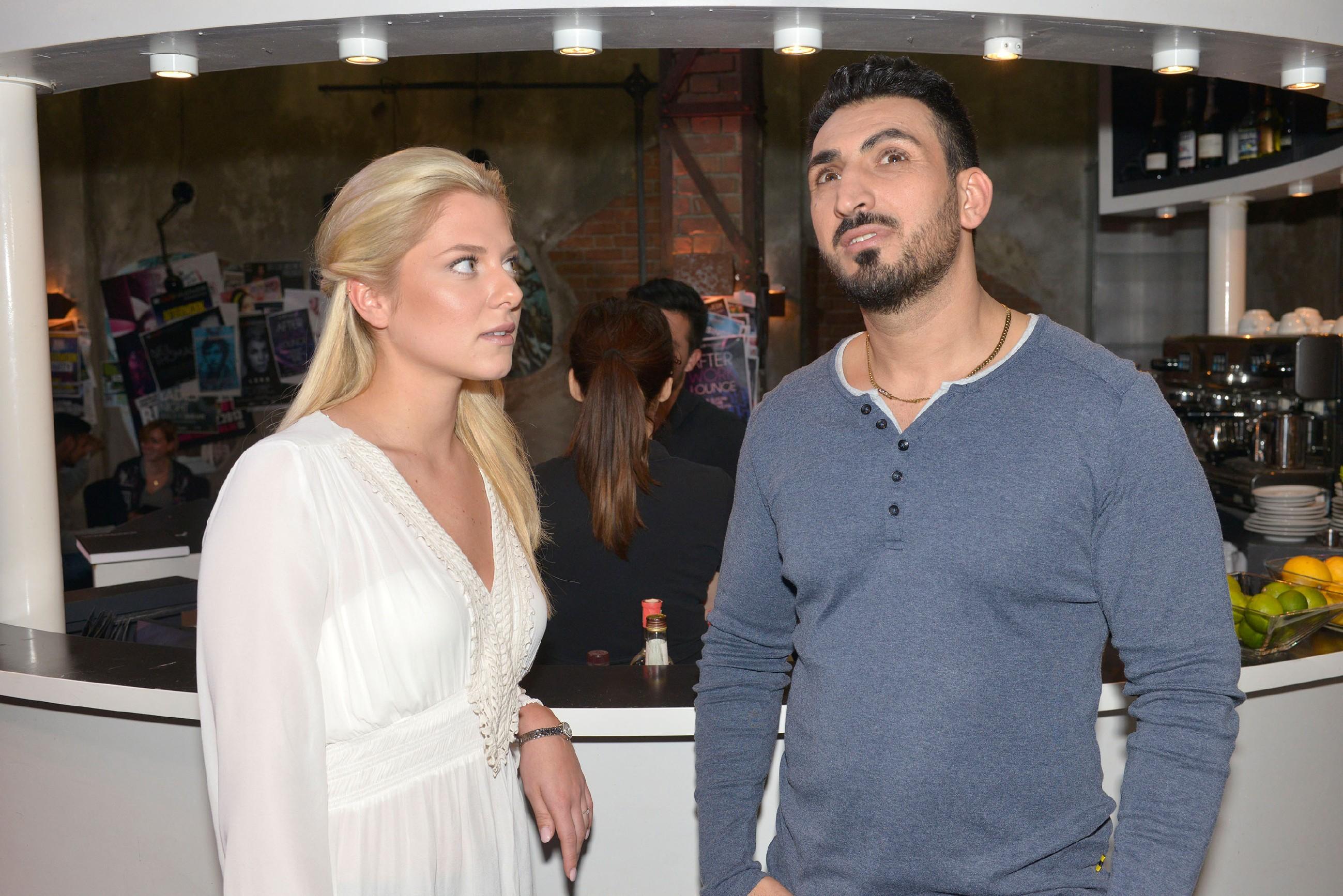 Mesut (Mustafa Alin) kommt auf die Idee, einen romantischen Abend für Tayfun und Emily zu inszenieren und braucht dafür Sunnys (Valentina Pahde) Hilfe. (Quelle: RTL / Rolf Baumgartner)