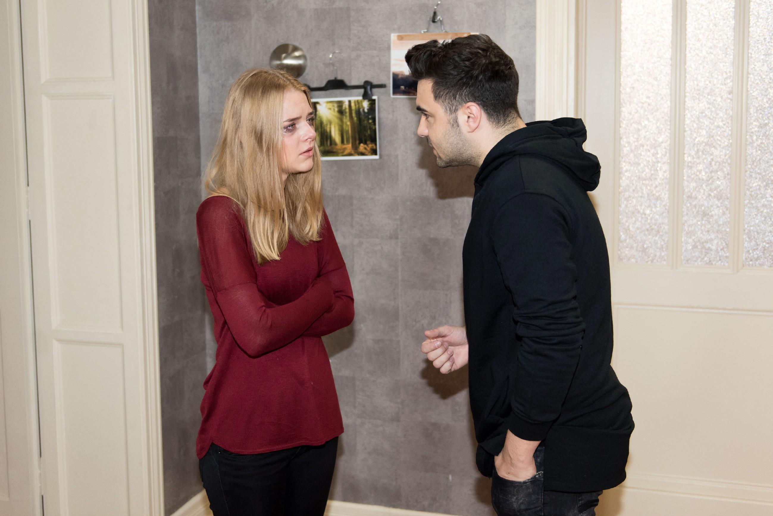 Easy (Lars Steinhöfel) macht Fiona (Olivia Burkhart) klar, dass allein sie Schuld am Scheitern ihrer Beziehung habe. (Quelle: RTL / Stefan Behrens)