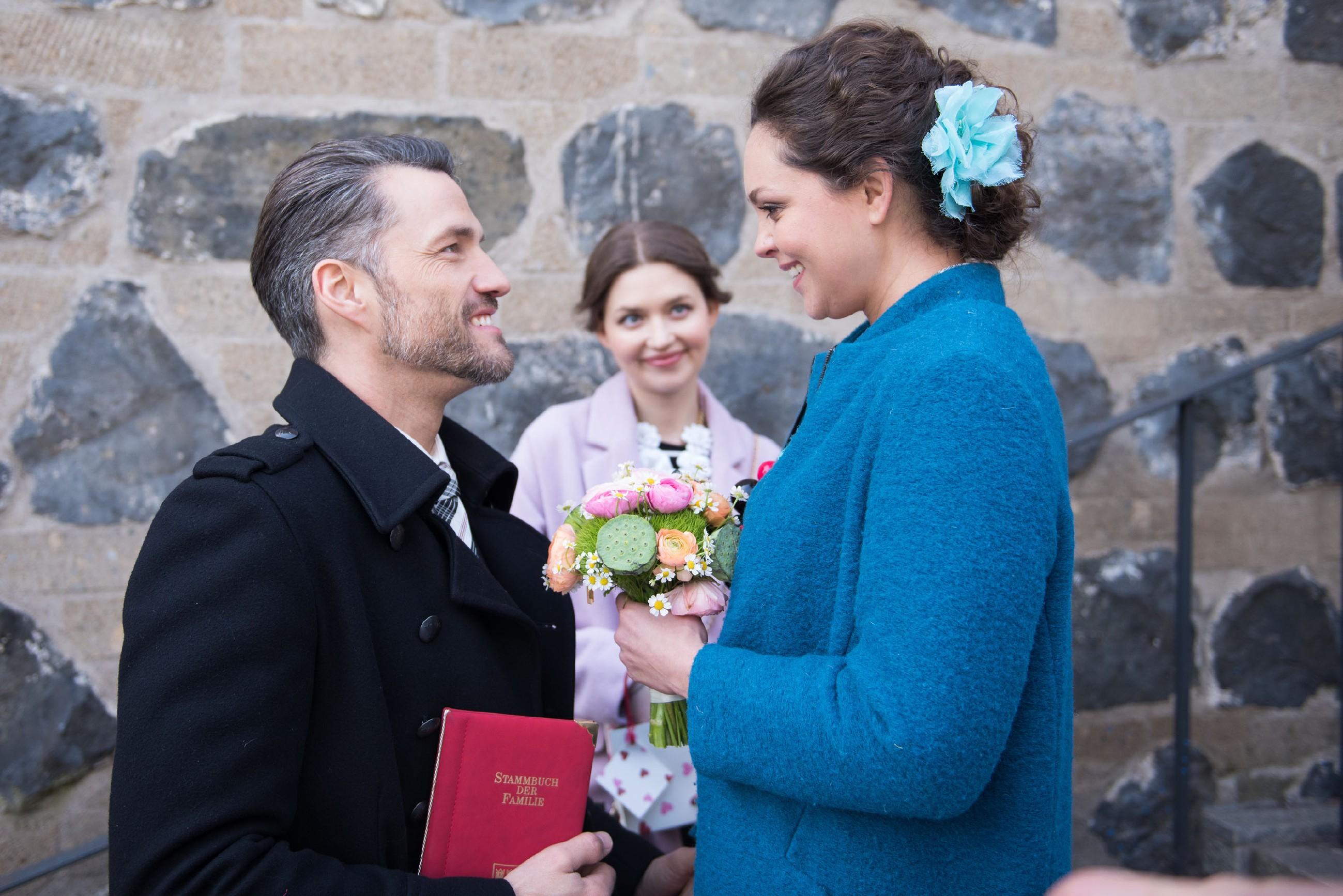 Trotz einer unspektakulären Trauung im ganz kleinen Kreis sind Caro (Ines Kurenbach, r.) und Malte (Stefan Bockelmann) glücklich, endlich verheiratet zu sein - und Jule (Amrei Haardt) freut sich mit ihnen. (Quelle: RTL / Stefan Behrens)