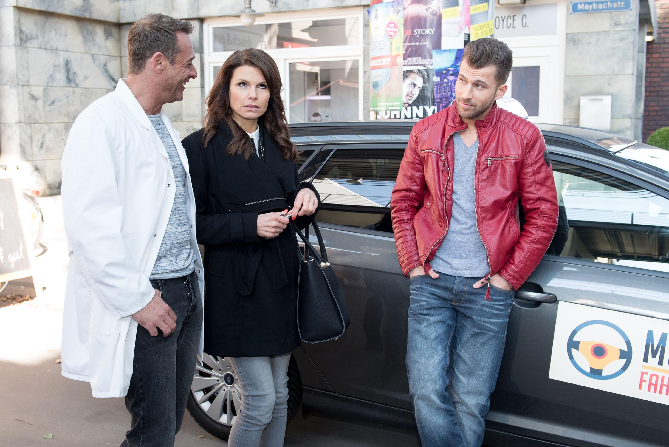 Um Britta (Tabea Heynig) für ihre Arroganz aufzuziehen, gibt sich Rufus (Kai Noll, l.) vor ihrem Fahrlehrer Fahrlehrer Anton Müller (Michael Bruch) als Proll aus. (Quelle: RTL / Stefan Behrens)