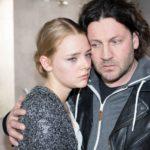 Rolf (Stefan Franz) bemüht sich, Fiona (Olivia Burkhart) in ihrem Schmerz angesichts seines Schicksals aufzufangen. (Quelle: RTL / Stefan Behrens)
