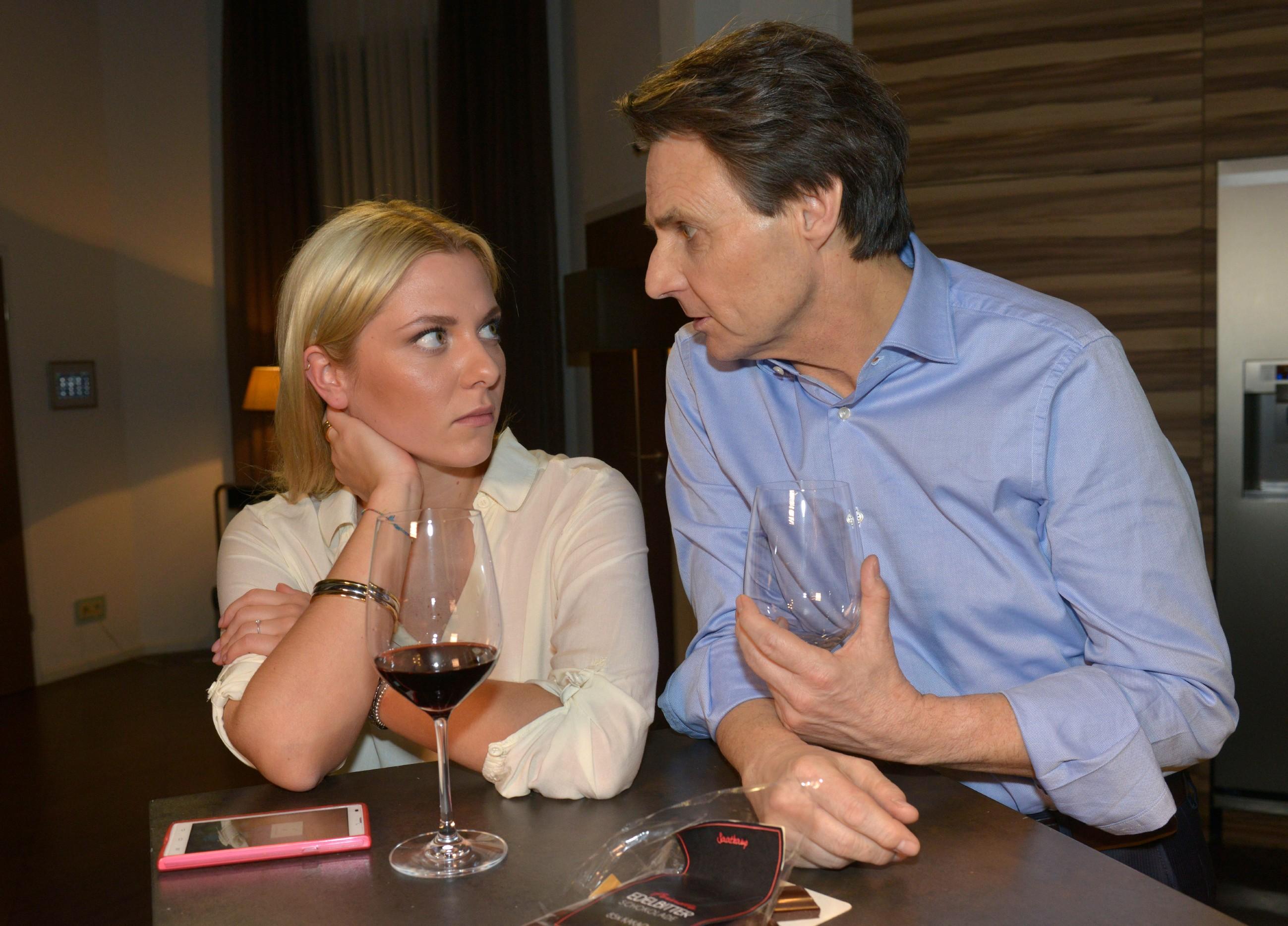Sunny (Valentina Pahde) braucht Zeit, um über Beziehung mit Vince nachzudenken und sucht Zuflucht bei Gerner (Wolfgang Bahro). (Quelle: RTL / Rolf Baumgartner)