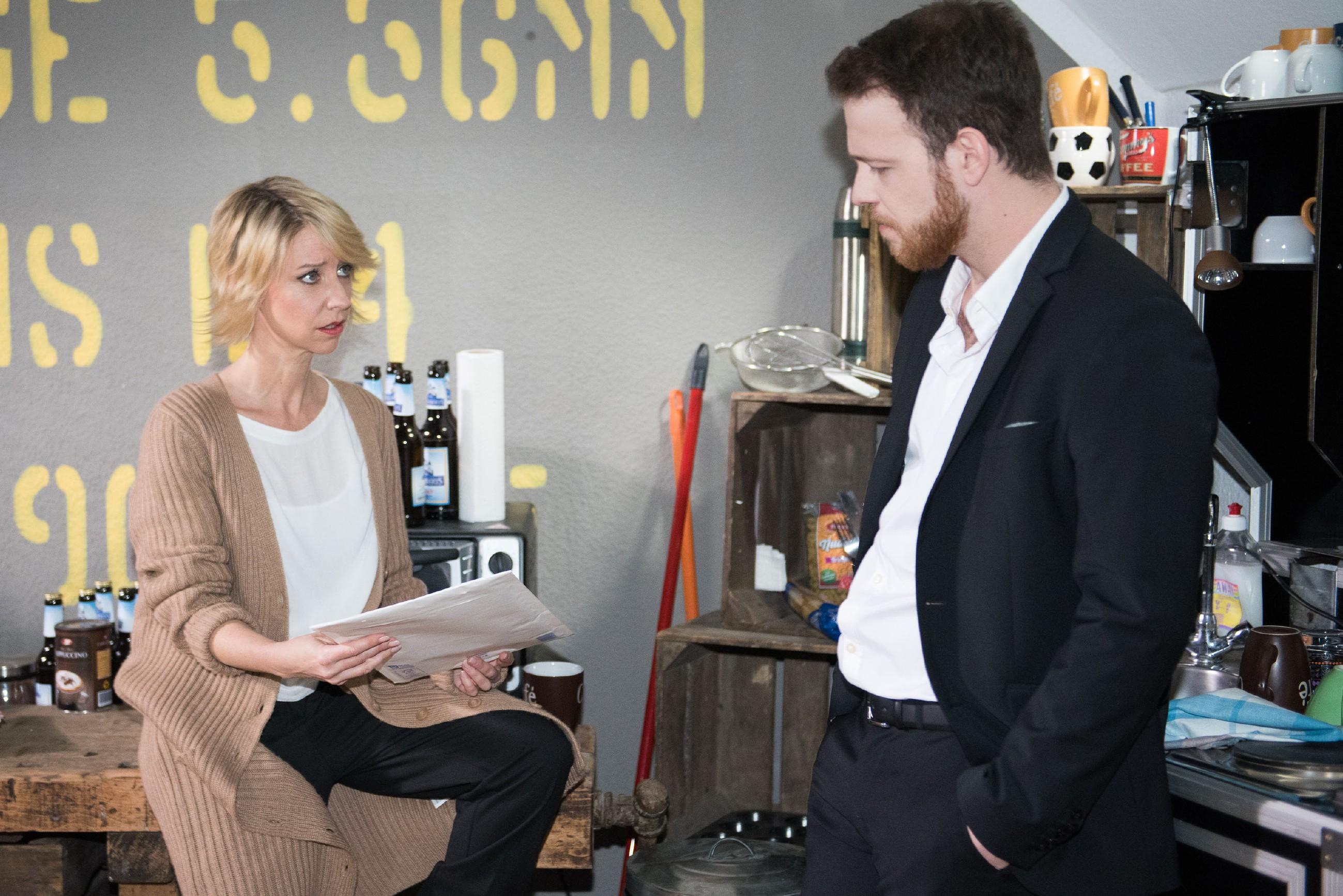 Als Tobias (Patrick Müller) Ute (Isabell Hertel) rät, alle noch bestehenden Verbindungen zu Henning endlich zu kappen, erhält er selbst eine Postsendung, die ihn unvermittelt in die Vergangenheit zurückwirft: Micki bittet um die Scheidung... (Quelle: RTL / Stefan Behrens)