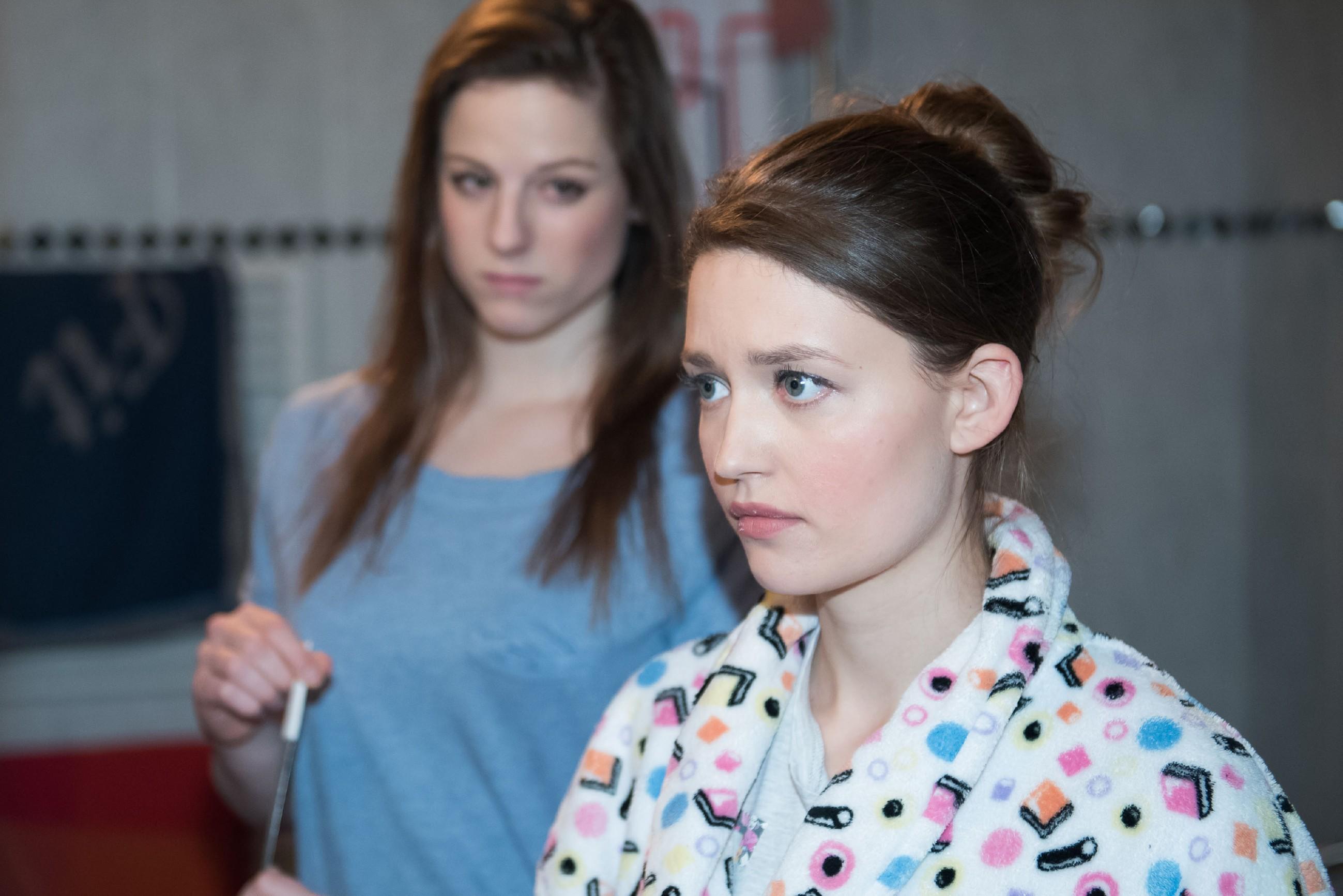 Jule (Amrei Haardt, r.) plagt angesichts von Ellis (Nora Koppen) Frust das schlechte Gewissen. (Quelle: RTL / Stefan Behrens)