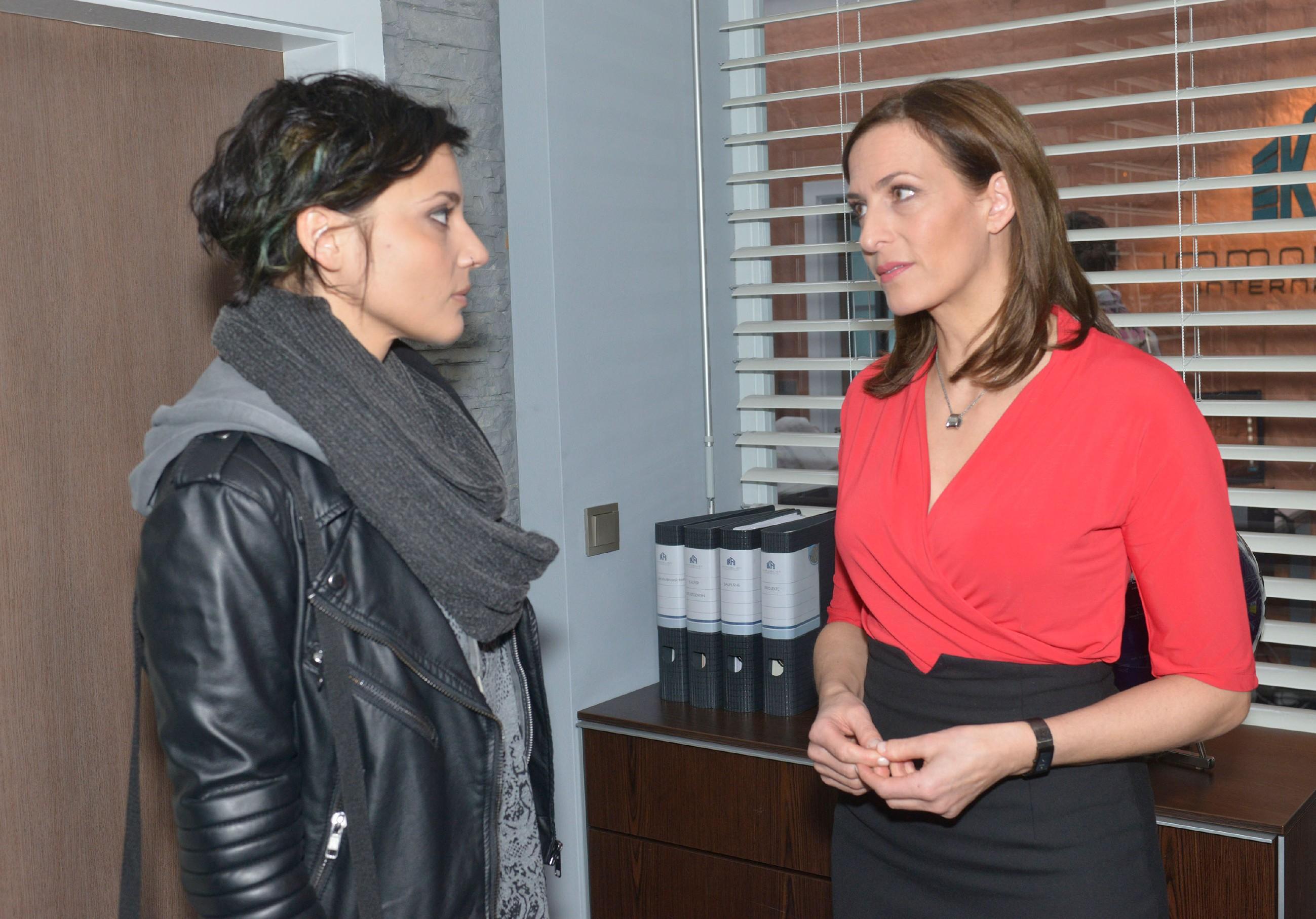 Anni (Linda Marlen Runge, l.) ist überrascht, dass Katrin (Ulrike Frank) vor der Gerichtsverhandlung keinen Druck auf sie ausübt. (Quelle: RTL / Rolf Baumgartner)