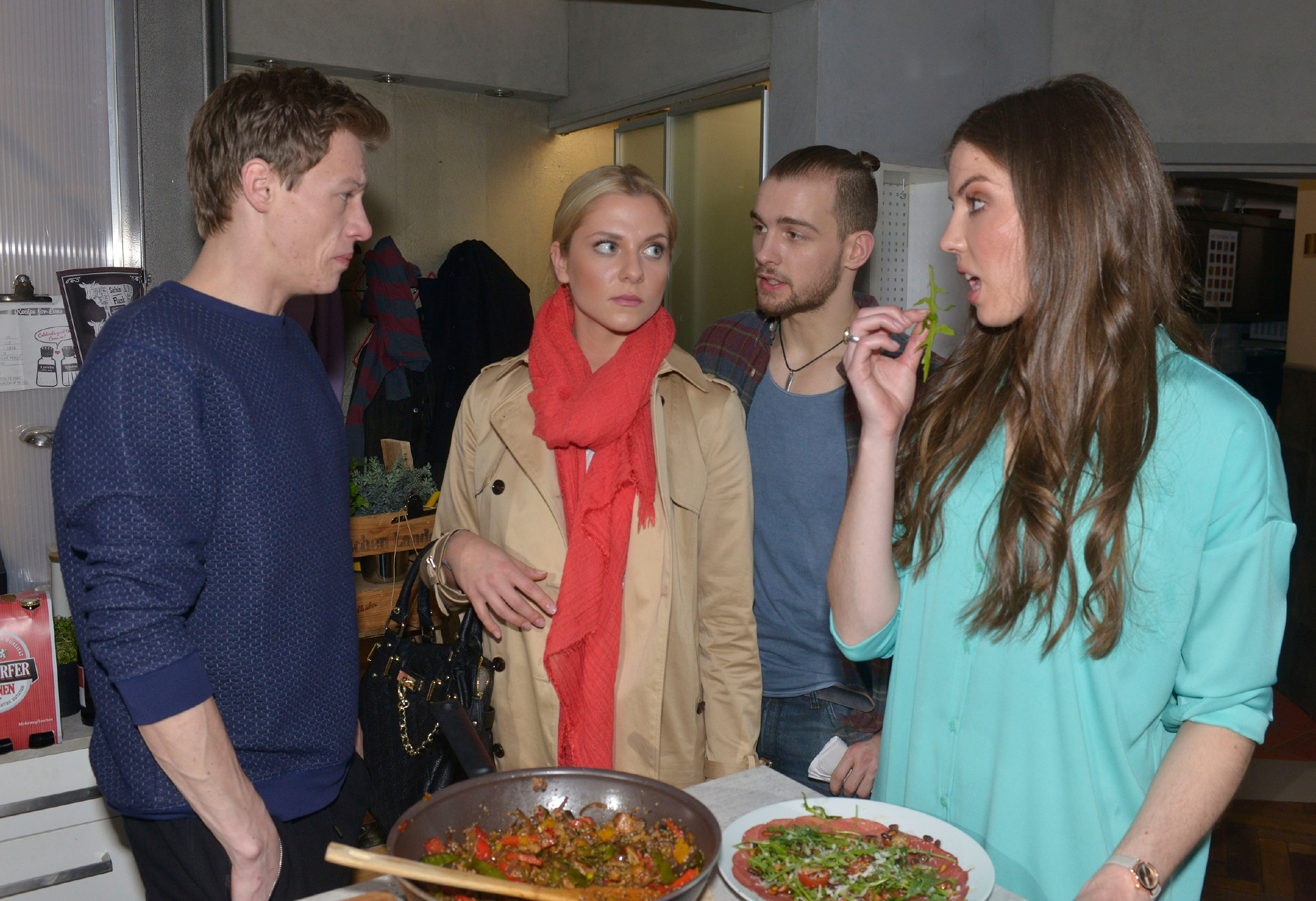 Als Sunny (Valentina Pahde, 2.v.l.) annehmen muss, dass Vince (Vincent Krüger, l.) mit Alica (Stefanie Antonia Wermeling) geflirtet hat, springt Chris (Eric Stehfest) Vince bei.