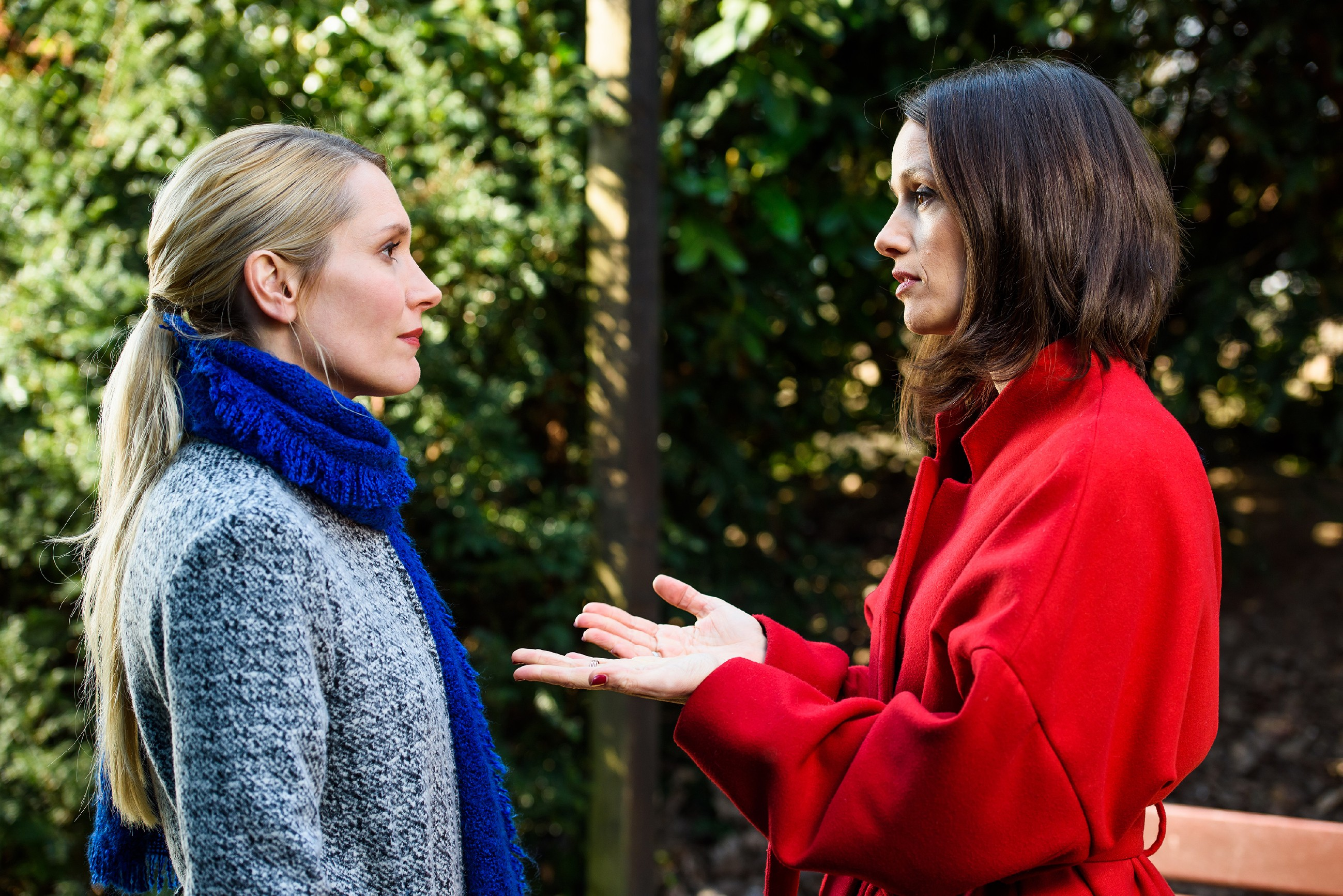 Jenny (Kaja Schmidt-Tychsen, r.) lockt Theresa (Mareile Moeller) in eine Falle, um sie zu erpressen und so die Deutsche Meisterschaft doch noch zu ihren Gunsten gewinnen zu können. (Quelle: RTL / Willi Weber)