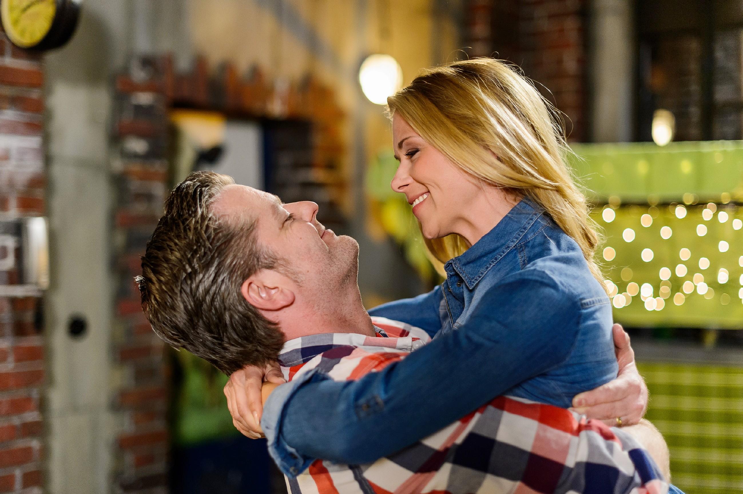 Als Ingo (André Dietz) ihr klarmacht, wie besonders sie ist, gibt Diana (Tanja Szewczenko) endlich ihren Gefühlen für ihn nach... (Quelle: RTL / Willi Weber)