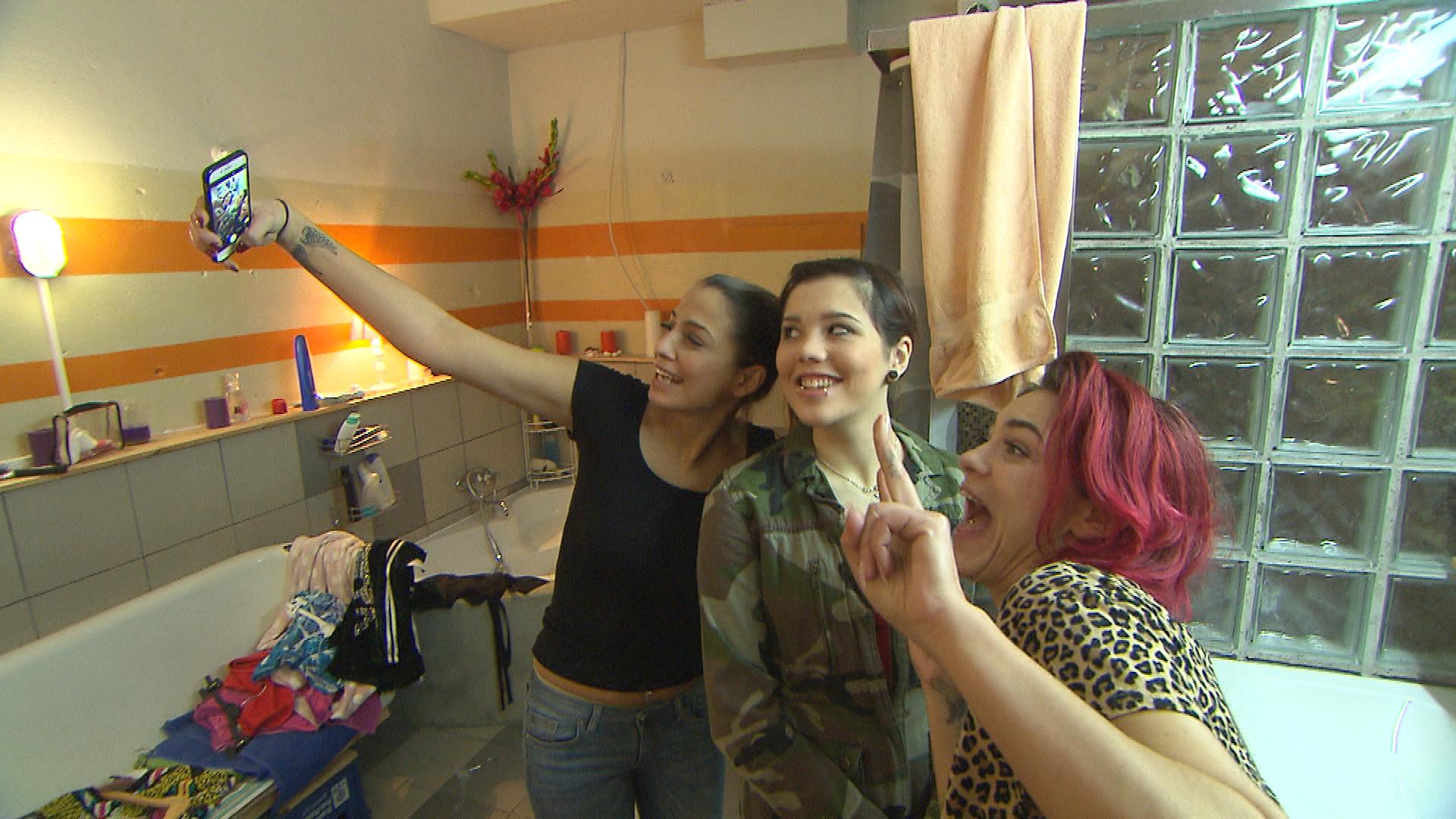 Alessia,li. Aylin, Mitte und Jesica,re. sind gut drauf (Quelle: RTL 2)