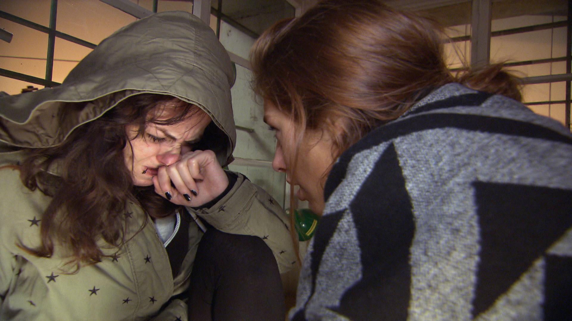 Milla will Caro überreden wieder mit nach Hause zu kommen. (Quelle: RTL 2)