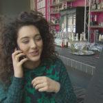 Joleen ist optimistisch, dass die Wiederöffnung der Kunstbar ein Erfolg wird. Sie sieht der Zukunft positiv entgegen. (Quelle: RTL 2)