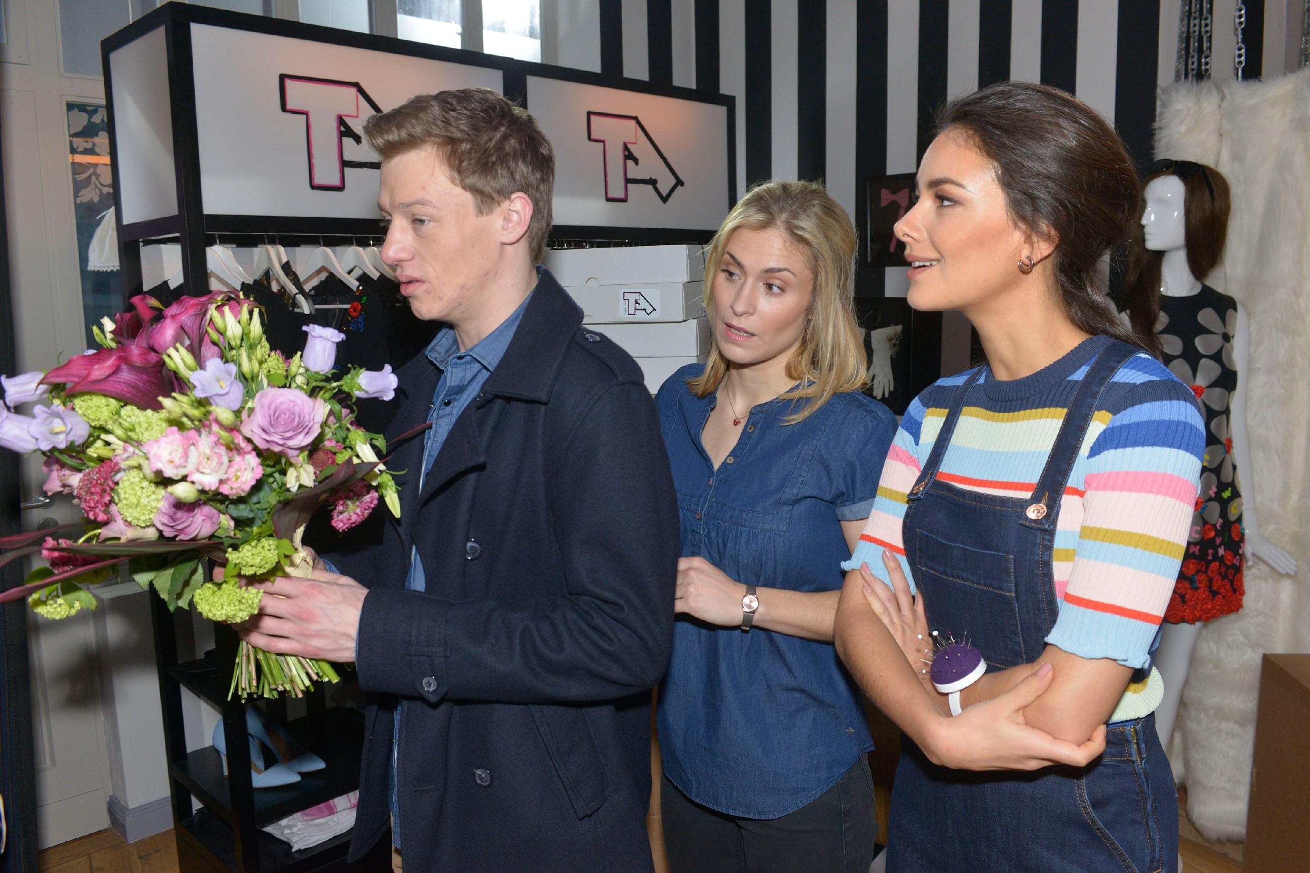 Sophie (Lea Marlen Woitack, M.) und Jasmin (Janina Uhse) beobachten wohlwollend, dass Vince (Vincent Krüger) sich bei Sunny für sein Verhalten entschuldigen möchte.