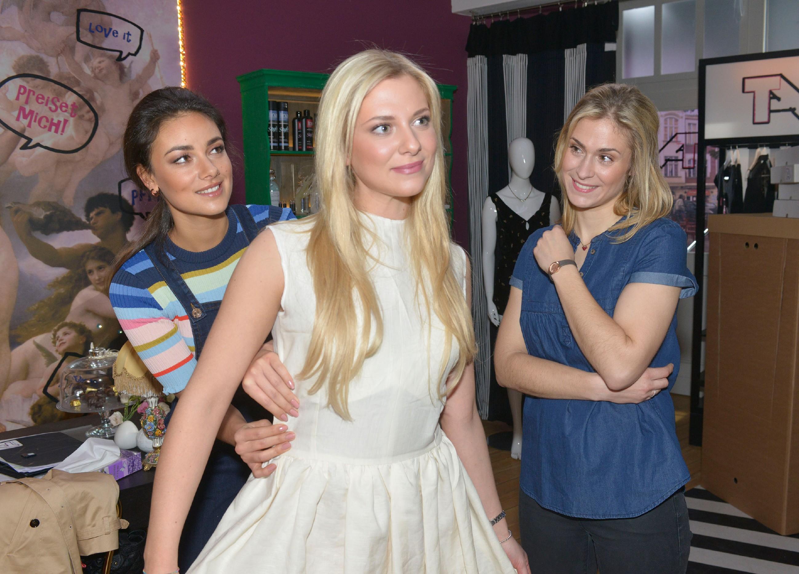 Bei einer Kleider-Anprobe sprechen Jasmin (Janina Uhse, l.) und Sophie (Lea Marlen Woitack, r.) mit Sunny (Valentina Pahde) über Vince und die bevorstehende Hochzeit. (Quelle: RTL / Rolf Baumgartner)