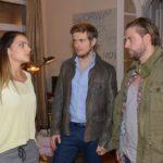Emily (Anne Menden) verlangt, dass sich Philip (Jörn Schlönvoigt, M.) und John (Felix von Jascheroff) aus ihrer Beziehung heraushalten. (Quelle: RTL / Rolf Baumgartner)