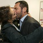 Im Überschwang der Gefühle über die bestandene MPU überfällt Carmen (Heike Warmuth) Richard (Silvan-Pierre Leirich) mit einem Kuss.. (Quelle:RTL / Kai Schulz)