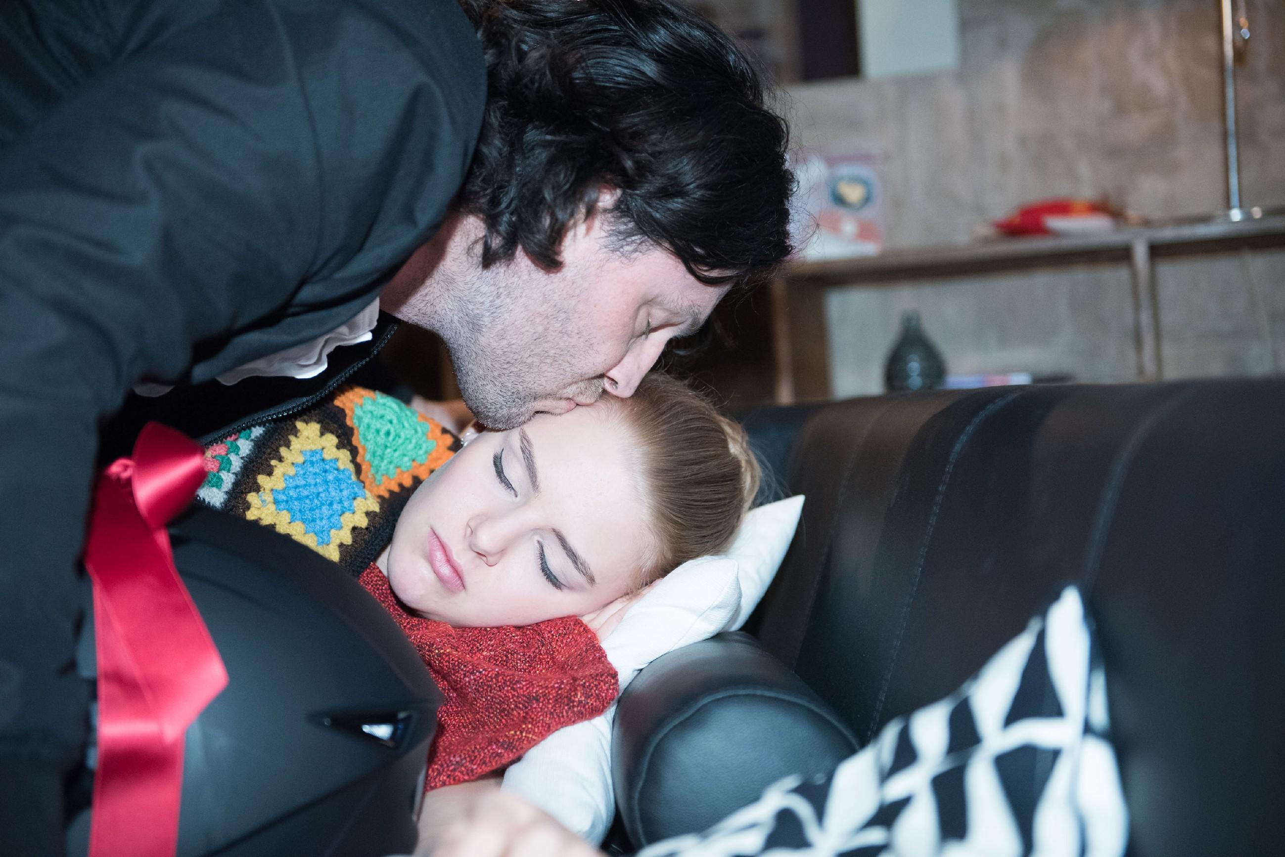 Rolf (Stefan Franz) verabschiedet sich schweren Herzens sich von seiner Tochter Fiona (Olivia Burkhart). (Quelle: RTL / Stefan Behrens)