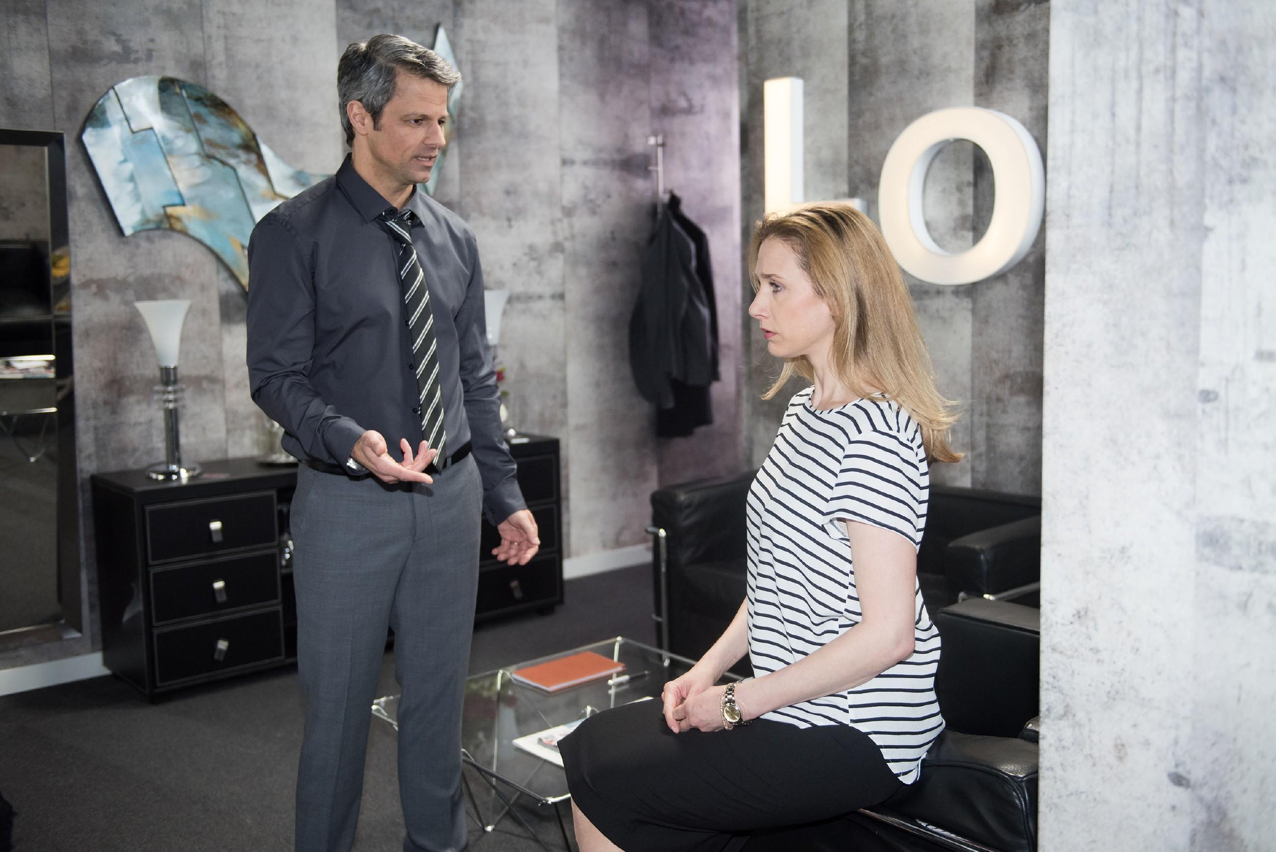 Andrea (Kristin Meyer) bekommt den Ärger ihres Mannes Benedikt (Jens Hajek) ab, für den klar zu sein scheint, dass Valentin wieder zurück nach München kommen wird. (Quelle: RTL / Stefan Behrens)