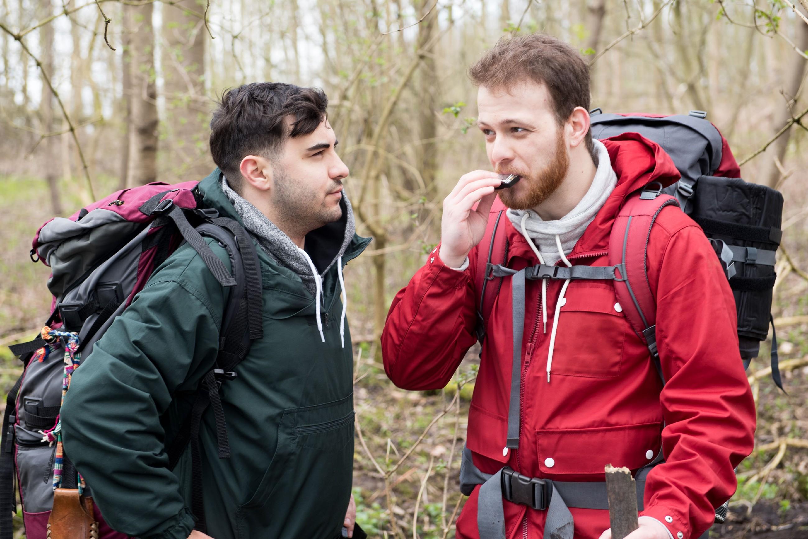 Easy (Lars Steinhöfel, l.) und Tobias (Patrick Müller) ziehen ihren Survival-Trip zwar durch, doch Tobias fällt es offensichtlich schwer, Ruhe einkehren zu lassen. (Quelle: RTL / Stefan Behrens)