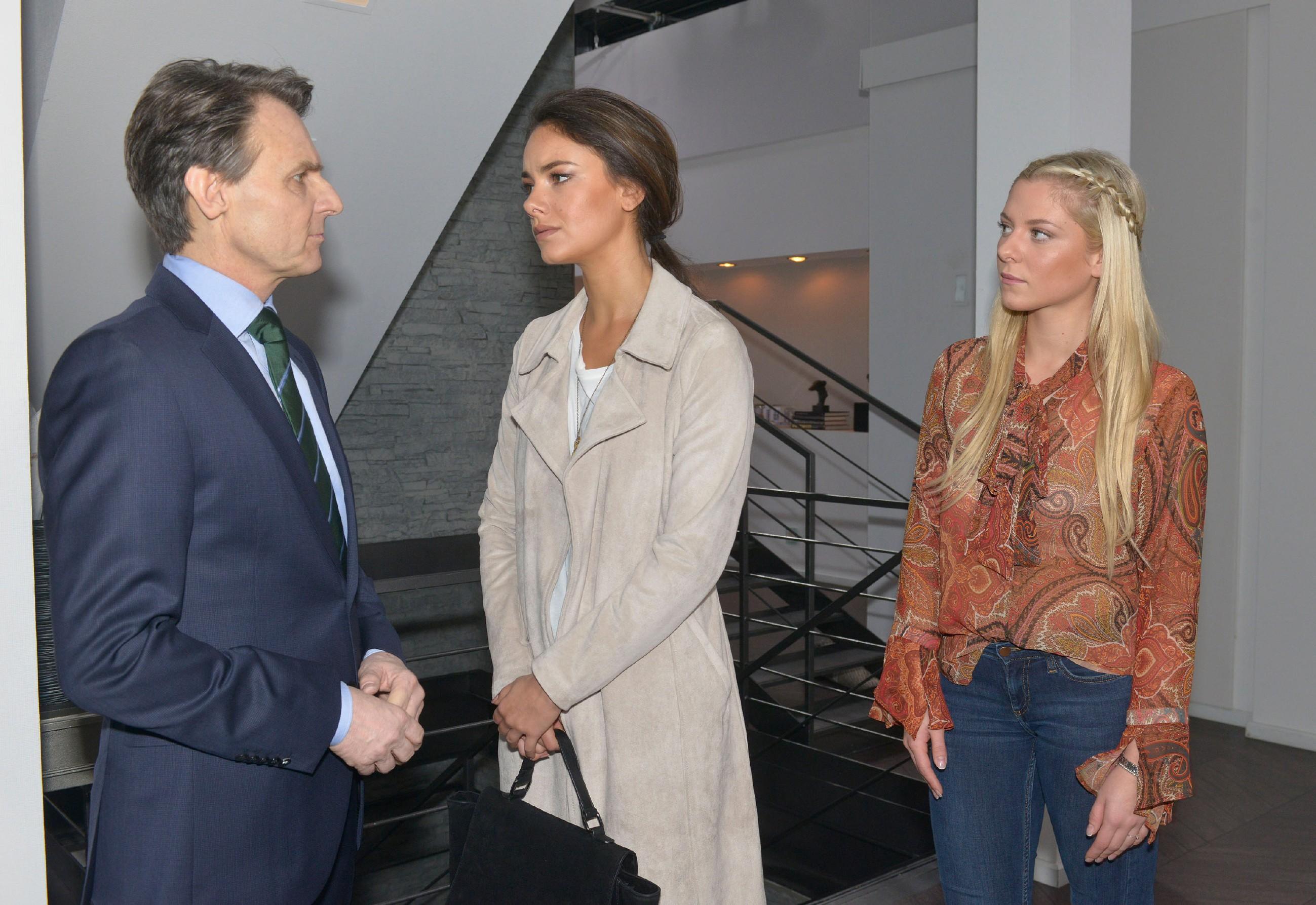 Gerner (Wolfgang Bahro) versichert Jasmin (Janina Uhse, M.) im Beisein von Sunny (Valentina Pahde), seine Verteidigungsstrategie für Katrin akribisch geplant zu haben. (Quelle: RTL / Rolf Baumgartner)