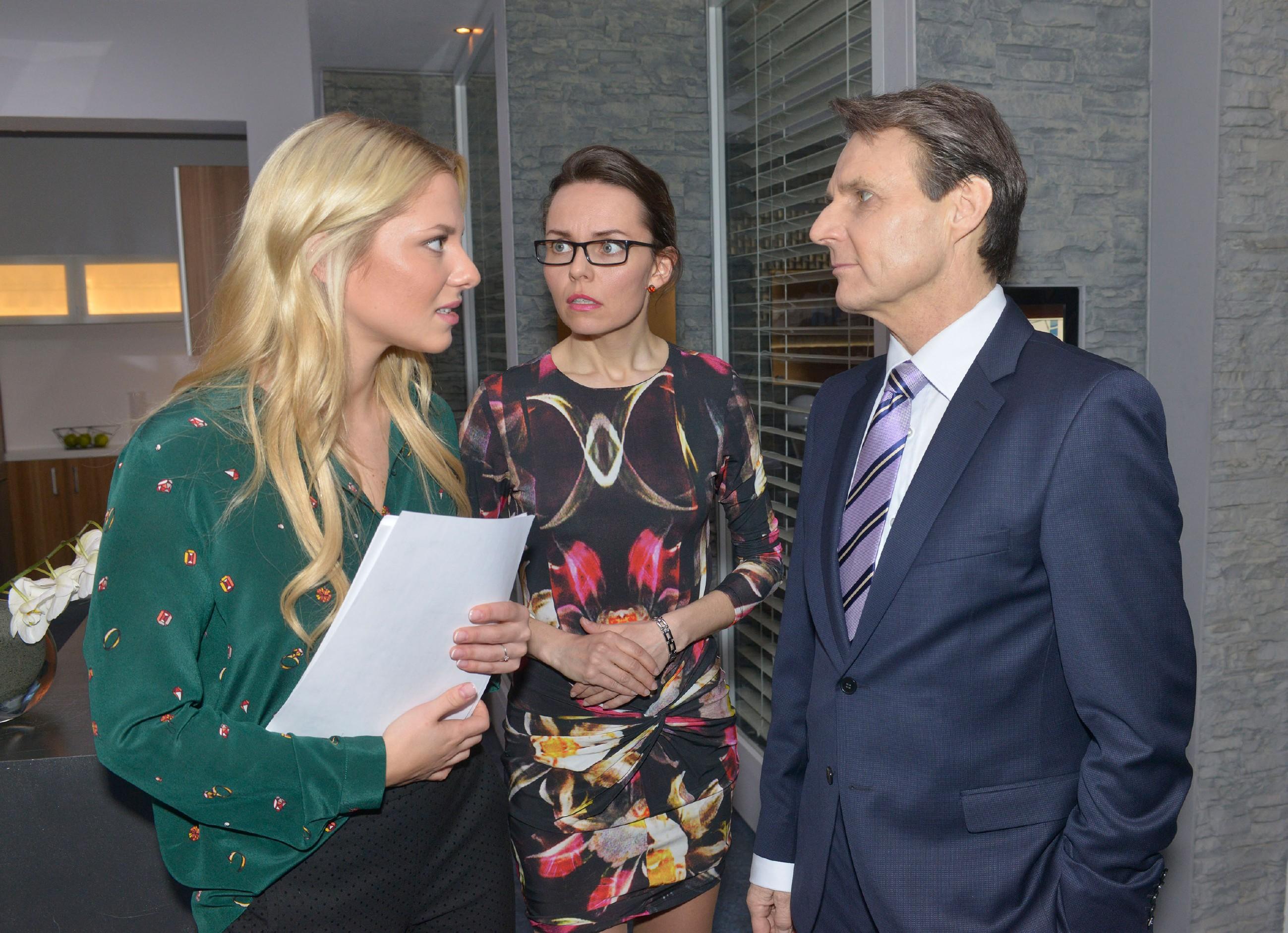 Sunny (Valentina Pahde, l.) ist froh, dass sie im Architekturbüro wieder gebraucht wird und bespricht sich mit Andrea Heinrichs (Yvonne Ernicke) und Gerner (Wolfgang Bahro). (Quelle: RTL / Rolf Baumgartner)