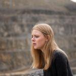Fiona (Olivia Burkhart) kann nicht fassen, dass Rolf tot ist... (Quelle: RTL / Stefan Behrens)