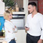 Ute (Isabell Hertel) lässt sich nach dem Sex arglos auf ein Dinner-Date mit Nikos (Cronis Karakassidis) ein. (Quelle: RTL / Stefan Behrens)