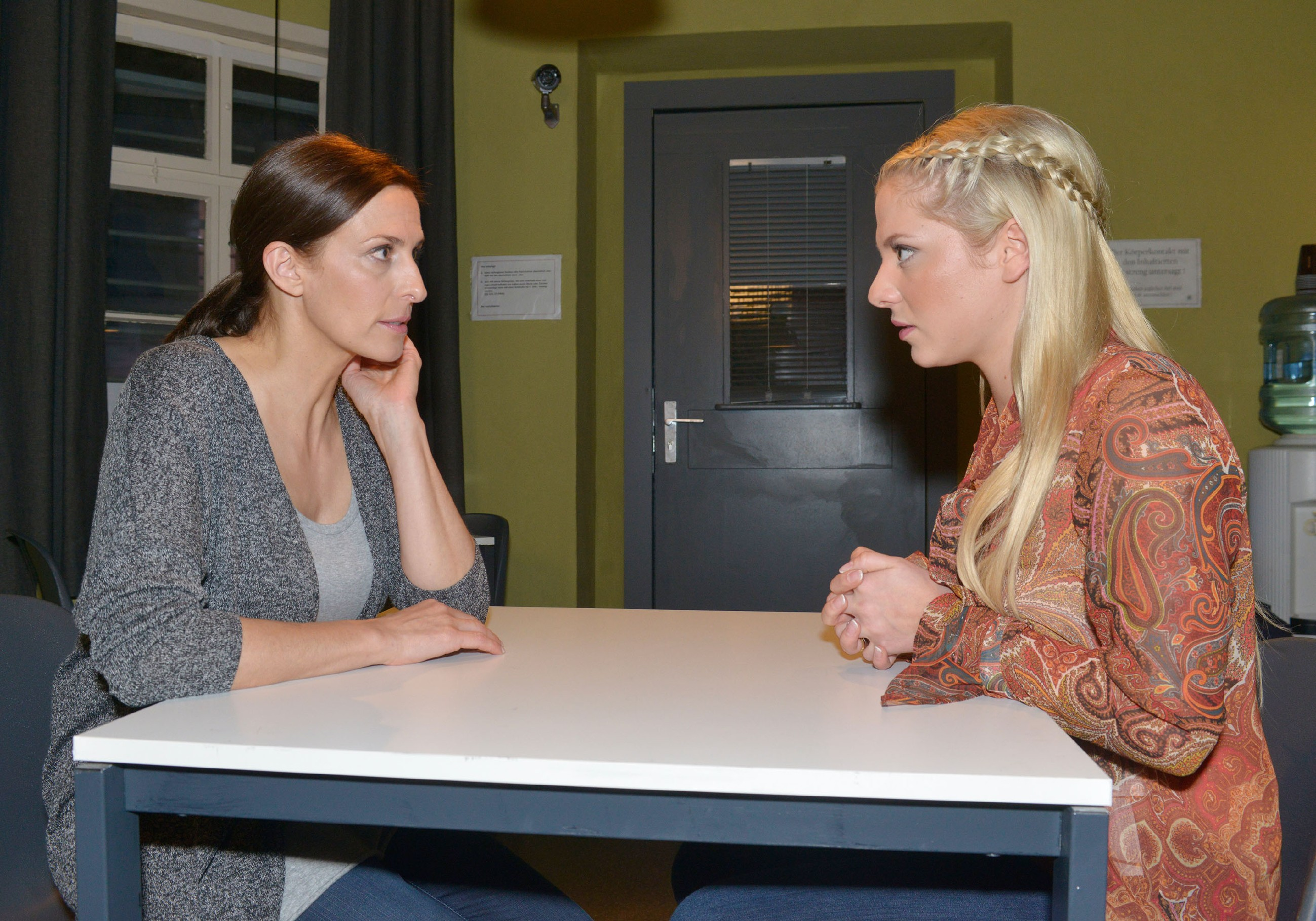 Sunny (Valentina Pahde, r.) kann Katrin (Ulrike Frank) in Bezug auf Gerner mit einer verschlüsselte Botschaft beruhigen. (Quelle: RTL / Rolf Baumgartner)