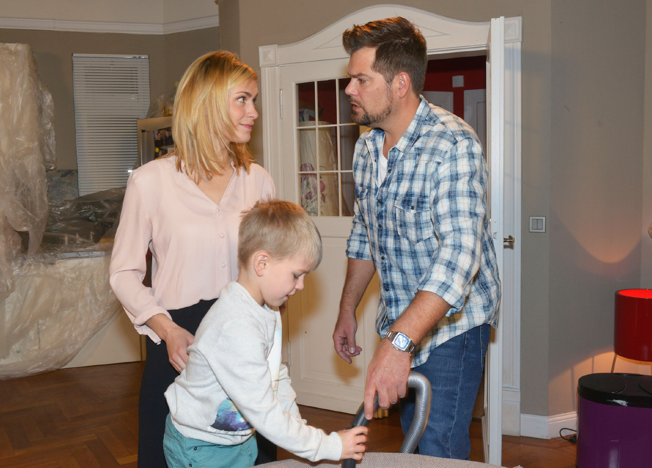Sophie (Lea Marlen Woitack) und Leon (Daniel Fehlow, r.) versuchen, die Flöhe mit Hausmitteln loszuwerden, doch Oskar torpediert den Plan... (Quelle: RTL / Rolf Baumgartner)