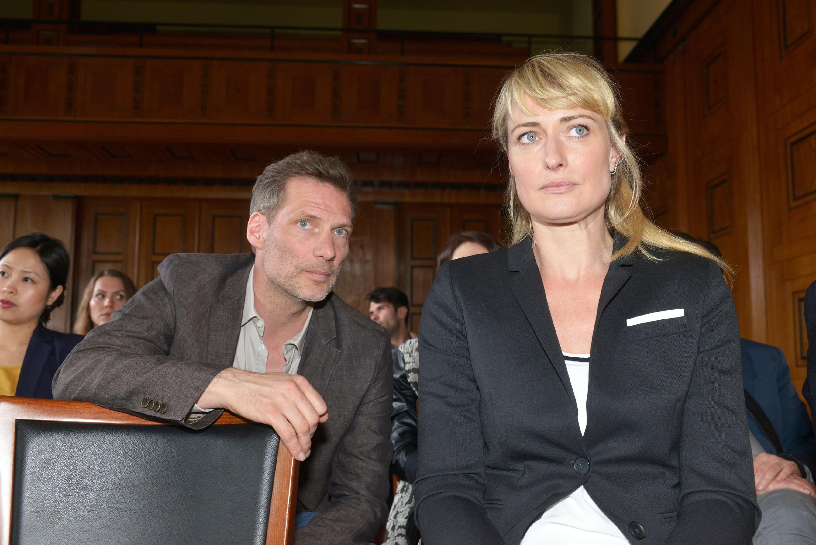 Alexander (Clemens Löhr) und Maren (Eva Mona Rodekirchen) verfolgen aufmerksam, wie sich der Prozess gegen Katrin entwickelt. (Quelle: RTL / Rolf Baumgartner)